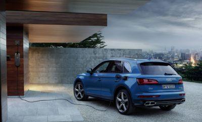 • Το πολύ πετυχημένο SUV της Audi με ακόμα πιο sport χαρακτηριστικά και plug-in υβριδική τεχνολογία, με δίλιτρο TFSI βενζινοκινητήρα και ισχυρό ηλεκτροκινητήρα • Με εντυπωσιακή ισχύ, ροπή και επιδόσεις και «πράσινο» περιβαλλοντικό αποτύπωμα • Με ηλεκτρική αυτονομία άνω των 40 χιλιομέτρων, ταχύτητα αποκλειστικά με ηλεκτροκίνηση έως 135 χλμ./ώρα και μέση συνδυασμένη κατανάλωση 2,4-2,1 lt/100kms Η Audi προχωρά ακάθεκτη στην ηλεκτροκίνηση, παρουσιάζοντας όχι μόνο ολοκαίνουργιες, αμιγώς ηλεκτρικές υλοποιήσεις αλλά και υβριδικές εκδόσεις σε υπάρχοντα μοντέλα της. Νεότερη προσθήκη στη γκάμα, πρώτο από τη νέα σειρά plug-in υβριδικών μοντέλων, το Audi Q5 55 TFSI e quattro με δίλιτρο κινητήρα TFSI και ισχυρό ηλεκτροκινητήρα, συνδυασμένης απόδοσης 367 ίππων (270 kW), με μέση συνδυασμένη κατανάλωση 2,4 - 2,1 λίτρα/100 χλμ. και μέση εκπομπή CO2 53– 46 γρ./χλμ., με την ηλεκτρική αυτονομία του μοντέλου να ξεπερνά τα 40 χιλιόμετρα σε κύκλο WLTP. Το σύστημα πρόωσης συνδυάζει έναν υπερτροφοδοτούμενο, τετρακύλινδρο 2.0 TFSI απόδοσης 252 ίππων (185 kW) και 370 Nm ροπής με έναν ηλεκτρικό κινητήρα. Ο «σύγχρονος» ηλεκτροκινητήρας μόνιμου μαγνήτη (Permanently Synchronous Motor ή PSM) έχει μέγιστη τιμή ισχύος 105 kW και μέγιστη ροπή 350 Nm. Μαζί με τον συμπλέκτη είναι ενσωματωμένος στο αυτόματο, επτά σχέσεων κιβώτιο S-tronic, για τη μεταφορά ισχύος στο σύστημα τετρακίνησης quattro μέσω τεχνολογίας ultra. Η συνδυασμένη, θηριώδης ροπή των 500 Nm εμφανίζεται μόλις από τις 1.250 σ.α.λ. με την επιτάχυνση 0-100 χλμ./ώρα να είναι μόλις 5,3 δευτερόλεπτα με την τελική ταχύτητα να φτάνει τα 239 χλμ./ώρα ενώ η τελική ταχύτητα αποκλειστικά με ηλεκτροκίνηση αγγίζει τα 135 χλμ./ώρα, αρκετή ακόμη και για οδήγηση στον αυτοκινητόδρομο. Κάτω από το πάτωμα του χώρου αποσκευών έχει τοποθετηθεί η μπαταρία ιόντων λιθίου. Αποτελείται από 104 πρισματικά στοιχεία και αποθηκεύει ενέργεια 14,1 kWh υπό τάση 381 V. Για βέλτιστο έλεγχο των επιπέδων θερμοκρασίας, το κύκλωμα ψύξης συνδέεται απευθείας με εκείνο του ελέγχου