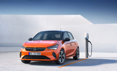 "Νέο Opel Corsa-e με ηλεκτρική αυτονομία 330 km (WLTP1) Ισχυρό σύστημα κίνησης με 100kW (136hp) για όλα τα Corsa-e Ενεργητική ασφάλεια με συστήματα όπως ο προσαρμοζόμενος έλεγχος ταχύτητας Το ευφυές σύστημα φωτισμού IntelliLux LED® matrix για πρώτη φορά στην κατηγορία μικρών αυτοκινήτων Η Opel γίνεται ηλεκτρική. Με τη νέα, έκτη γενιά Corsa, ο Γερμανός κατασκευαστής προσφέρει για πρώτη φορά μία ηλεκτρική έκδοση (με μπαταρία) με αυτονομία 330 km (WLTP1, προκαταρκτική τιμή). Η Opel επέλεξε το δημοφιλέστερο μοντέλο της μάρκας για να φέρει την ηλεκτροκίνηση στο ευρύ κοινό. Το Opel Corsa είναι το απόλυτο bestseller. Πάνω από 13,6 εκατομμύρια μονάδες έχουν κατασκευαστεί από το 1982 που το μοντέλο γιόρτασε την παγκόσμια πρεμιέρα του. Το Corsa έγινε το μεταφορικό μέσο εκατομμυρίων ανθρώπων και τώρα τους προσφέρει την ευκαιρία να οδηγούν με μηδενικούς ρύπους. Η παραγγελιοληψία για την έκτη γενιά Corsa θα ξεκινήσει σε μερικές εβδομάδες με πρώτο το Corsa-e, ενώ σύντομα θα ακολουθήσουν εκδόσεις πετρελαίου και βενζίνης. Εντυπωσιακά δεδομένα: Ισχύς 100kW (136hp), αυτονομία 330 km1 Η Opel κατασκευάζει αυτοκίνητα τα τελευταία 120 χρόνια και ανέκαθεν, οι τεχνολογίες της ήταν προσιτές από το ευρύ κοινό. Το νέο Corsa-e υιοθετεί προηγμένη τεχνολογία ηλεκτροκίνησης. Με αυτονομία 330 km, σύμφωνα με το WLTP1, το πενταθέσιο Corsa-e είναι κατάλληλο για καθημερινή χρήση χωρίς περιορισμούς. Η μπαταρία 50 kWh μπορεί να φορτιστεί στο 80% της χωρητικότητάς της (ταχεία φόρτιση) σε 30 λεπτά. Το Corsa-e υποστηρίζει όλες τις επιλογές φόρτισης – μέσω καλωδίου, επιτοίχιου πίνακα ή ταχυφορτιστή – ενώ η μπαταρία καλύπτεται από οκταετή εγγύηση. Η κατάσταση φόρτισης μπορεί να ελέγχεται μέσω της εφαρμογής ""myOpel"", με σκοπό τη βελτιστοποίηση του χρόνου και του κόστους φόρτισης, σε όλες τις περιπτώσεις. Επιπλέον, η αυτονομία μπορεί να προσαρμόζεται από τον οδηγό, ο οποίος έχει στη διάθεσή του τρία προγράμματα οδήγησης – Normal, Eco και Sport. Το Sport mode αυξάνει την απόκριση και τη δυναμική συμπεριφορά, με "