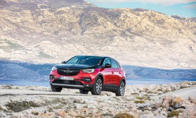 300hp και AWD: Νέα έκδοση Grandland X Hybrid4 στην κορυφή των SUV της Opel Τέσσερα προγράμματα λειτουργίας: Πλήρως ηλεκτρικό, υβριδικό, AWD και σπορ Πρακτικό: Πλήρης φόρτιση μπαταρίας ιόντων λιθίου σε μία ώρα και 50 λεπτά Αποδοτικό: Ανατροφοδοτική πέδηση μετατρέπει την επιβράδυνση σε ηλεκτρική ενέργεια Η Opel γίνεται ηλεκτρική: Πλήρης εξηλεκτρισμός της προϊοντικής γκάμας μέχρι το 2024 Η Opel γίνεται ηλεκτρική! Η Γερμανική κατασκευάστρια αυτοκινήτων συνεχίζει την υλοποίηση του στρατηγικού σχεδίου της PACE! παρουσιάζοντας τη νέα AWD PHEV (plug-in υβριδική, ηλεκτρική) έκδοση του Grandland X. Στην κορυφή της οικογένειας SUV της Opel (που περιλαμβάνει επίσης τα Crossland X και Mokka X), το κομψό Grandland X Hybrid4 με προαιρετικό μαύρο καπό συνδυάζει την ισχύ ενός υπερτροφοδοτούμενου βενζινοκινητήρα 1.6 L και δύο ηλεκτροκινητήρων, παράγοντας συνολικά 300hp. Προκαταρκτικά στοιχεία κατανάλωσης, WLTP1/NEDC2 (σταθμισμένη, στο μικτό κύκλο) είναι 2,2 l/100 km με εκπομπές CO2 49 g/km. Το πρώτο plug-in υβριδικό μοντέλο της Opel, με προγραμματισμένη έναρξη πωλήσεων τις προσεχείς εβδομάδες και παραδόσεις σε πελάτες στις αρχές του 2020, θα συμβάλλει στον εξηλεκτρισμό ολόκληρης της Γερμανικής μάρκας μέχρι το 2024. Επίσης εντάσσεται στη στρατηγική του κατασκευαστή για την επίτευξη μελλοντικών στόχων εκπομπών CO2. Ένα ακόμα βήμα στη διαδικασία, που περιλαμβάνει επίσης πολύ αποδοτικούς κινητήρες εσωτερικής καύσης, θα είναι το λανσάρισμα της πλήρως ηλεκτρικής έκδοσης (με μπαταρία) της επόμενης γενιάς Opel Corsa που θα κυκλοφορήσει εφέτος. Συνεπές ως προς την τοποθέτηση της μάρκας Opel -συναρπαστική, προσιτή Γερμανική μάρκα - το νέο PHEV αντιπροσωπεύει την τελευταία λέξη της προηγμένης, plug-in υβριδικής τεχνολογίας. Το σύστημα κίνησης του Grandland X Hybrid4 περιλαμβάνει: έναν τετρακύλινδρο βενζινοκινητήρα άμεσου ψεκασμού 1.6 λίτρων, 147 kW/200 hp - πιστοποιημένο κατά WLTP και συμμορφούμενο με το πρότυπο Euro 6d-TEMP - ειδικά προσαρμοσμένο για υβριδική χρήση, και ένα σύστημα ηλεκτροκίνη