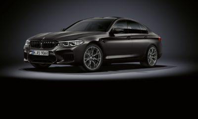 Πριν από 35 χρόνια, η BMW Motorsport GmbH δημιούργησε μία νέα κατηγορία οχημάτων. Το πρώτο sedan υψηλών επιδόσεων συνδύαζε τη δυναμική συμπεριφορά ενός σπορ αυτοκινήτου με την άνεση και τη λειτουργικότητα ενός κορυφαίου τετράθυρου μοντέλου. Με την ονομασία BMW M5 και την ισχύ ενός εξακύλινδρου σε σειρά μηχανικού συνόλου, προερχόμενου από τη σπορ BMW M1 με κινητήρα τοποθετημένο στο κέντρο, το νέο μοντέλο ξεκίνησε μία εντυπωσιακή καριέρα στην οποία αυτή τη στιγμή η BMW M5 Competition αποτελεί την αιχμή του δόρατος (κατανάλωση μικτού κύκλου: 10.6 – 10.5 l/100 km, εκπομπές CO2 στο μικτό κύκλο: 241 – 238 g/km). Σήμερα, η BMW M5 είναι το πιο επιτυχημένο σπορ sedan υψηλών επιδόσεων σε όλο τον κόσμο, συνεχίζοντας να αντλεί τη γοητεία της από την αγωνιστική τεχνογνωσία της BMW M GmbH. Θέλοντας να τιμήσει αυτή την επέτειο, η BMW M GmbH παρουσιάζει μία ειδική έκδοση της BMW M5, η οποία κάτω από το καπό της έχει τον ισχυρότερο κινητήρα στην ιστορία του μοντέλου – με ισχύ 460 kW/625 hp – και μία γκάμα συναρπαστικών στιλιστικών στοιχείων και ειδικού εξοπλισμού. Η BMW M5 Edition 35 Years θα κατασκευαστεί σε περιορισμένο αριθμό 350 αντιτύπων και θα διατίθεται σε όλο τον κόσμο από τον Ιούλιο του 2019. Μέσα σε έξι γενιές, οι δυναμικές επιδόσεις της BMW M5 ακολούθησαν μία συνεχή εξελικτική πορεία, χωρίς όμως το υψηλών επιδόσεων sedan να απομακρυνθεί από την αρχική φιλοσοφία του. Ως ένα ανεξάρτητο μοντέλο βασισμένο στην BMW Σειρά 5, προσφέρει αυτό το κρίσιμο 'κάτι παραπάνω' που εκφράζει γνήσιο πάθος για το μηχανοκίνητο αθλητισμό. Ο υψηλόστροφος κινητήρας, η τεχνολογία ανάρτησης που εναρμονίζεται τέλεια με το υψηλό τεχνολογικό υπόβαθρο του μηχανικού συνόλου, τα ιδιαίτερα σχεδιαστικά χαρακτηριστικά Μ για βελτιστοποίηση της ψύξης του αέρα εισαγωγής και οι αεροδυναμικές αρετές εγγυώνται μέγιστες δυναμικές επιδόσεις, ευελιξία και ακρίβεια – τυπικά χαρακτηριστικά της BMW M5. Επετειακή έκδοση με αποκλειστικό εξοπλισμό BMW Individual . Η μοναδική αίσθηση Μ και το σπορ ταπεραμέντο του sedan υψη