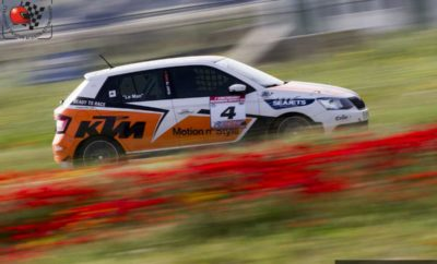 """Με πολλαπλούς πρωταγωνιστές ολοκληρώθηκαν ο 3ος και 4ος αγώνας του SEAJETS ΣΟΑΑ Ενιαίου Skoda, οι οποίοι διεξήχθησαν στο πλαίσιο του δεύτερου φετινού αγώνα για το Πανελλήνιο Πρωτάθλημα Ταχύτητας. Το Αυτοκινητοδρόμιο των Μεγάρων γέμισε ξανά από θεατές και αυτή τη φορά στην επιτυχία του αγώνα που διοργάνωσε το Σωματείο ΕΛ.Λ.Α.Δ.Α. συνετέλεσαν και οι δύο κούρσες του Ενιαίου, διατηρώντας το ενδιαφέρον αμείωτο από τα κόκκινα φώτα της εκκίνησης μέχρι και την πτώση της καρό σημαίας του τερματισμού. Στον πρώτο αγώνα ο Γιάννης Χαραλαμπόπουλος οδήγησε ανενόχλητος ξεκινώντας από την pole position για να φτάσει στη νίκη με την ασύλληπτη διαφορά των 7,6 δευτερολέπτων. Σε αυτό βοήθησε σημαντικά η παρουσία του Κωνσταντίνου Γιαννίκου στη δεύτερη θέση. Ο νεαρός που συμμετέχει για πρώτη φορά φέτος στο Ενιαίο και δεν είχε αγωνιστεί μέχρι τώρα σε αγώνα αυτοκινήτων μέσα στην πίστα, κατάφερε να εκμεταλλευτεί την ολιγωρία του """"Le Man"""" στην εκκίνηση και πέρασε δεύτερος. Από εκείνο το σημείο και έπειτα ο Γιαννίκος αντιστάθηκε στην πίεση κυρίως του Γαλεράκη και στους τελευταίους γύρους του Καλέση. Τρίτος ολοκλήρωσε τον πρώτο αγώνα ο Φίλιππος Καλέσης. Ο πολύπειρος καρτίστας ήταν αναμφίβολα ο πιο επιθετικός οδηγός του αγώνα πραγματοποιώντας αρκετές προσπεράσεις, δεδομένου ότι στην εκκίνηση έχασε πολλές θέσεις από λάθος επιλογή σχέσης στο κιβώτιο του Skoda Fabia. Στους τελευταίους γύρους προσπέρασε τον Γαλεράκη και από τέταρτος βρέθηκε τρίτος, σε ένα συμβάν για το οποίο ο Γαλεράκης διαμαρτυρήθηκε, με αποτέλεσμα οι αγωνοδίκες να τιμωρήσουν τον Καλέση με επίπληξη. Πιο πίσω ο """"Le Man"""" κρατήθηκε στην 5η θέση και κράτησε πίσω του τον Γιώργο Σαρταμπάκο στη μάχη των άνω των 30 ετών. Έτσι πήρε την νίκη στην επιμέρους κατηγορία με τον Σαρταμπάκο να είναι πανευτυχής ως δεύτερος. Μια θέση πιο πίσω ο Στάθης Κουκέας. Ο νικητής και των δύο αγώνων στον Διόνυσο δεν βολεύτηκε και πάλι στην πίστα. Έχασε μερικές θέσεις στην εκκίνηση, κατά το προσπέρασμα που δέχθηκε από τον Καλέση, ακούμπησαν με αποτέλεσμα να χαλά"""