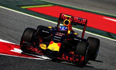 Το Ισπανικό GP απέφερε το δεύτερο βάθρο στη συνεργασία μας με την ομάδα Aston Martin Red Bull Racing, ενώ τρία από τα τέσσερα μονοθέσια με κινητήρα Honda κέρδισαν βαθμούς στη Βαρκελώνη. Από την 4η θέση της γραμμής εκκίνησης ο Max Verstappen ανέβηκε στην 3η θέση μετά από ένα εκπληκτικό προσπέρασμα από την εξωτερική στον Vettel στην τρίτη στροφή. Ακολουθώντας επιθετική στρατηγική δύο pit stop, ο Max φόρεσε ένα δεύτερο σετ μαλακών ελαστικών νωρίς στον αγώνα και ένα σετ ενδιάμεσων ελαστικών στο τέλος. Στο δεύτερο κομμάτι του αγώνα ο Ολλανδός έμεινε κοντά στο Valtteri Bottas με στόχο να δώσει μάχη για τη 2η θέση μέχρι που μπήκε στην πίστα το αυτοκίνητο ασφαλείας λίγους γύρους μετά το δεύτερο pit stop. Αυτό έδωσε την ευκαιρία σε άλλους οδηγούς να μπουν στα pit για φρέσκα ελαστικά και εκμηδένισε τις διαφορές ανάμεσά τους. Μετά την έξοδο του safety car, ο Max αρχικά αμύνθηκε απέναντι στον Vettel και στη συνέχεια κυνήγησε τον Bottas μέχρι τον τερματισμό εξασφαλίζοντας το δεύτερο βάθρο της χρονιάς. Ο Pierre Gasly έκανε δυνατό αγώνα επίσης με αποτέλεσμα η δεύτερη Red Bull να τερματίσει στην εξάδα. Σε αντίθεση με τον Max, ο Pierre φόρεσε ενδιάμεσα ελαστικά στο πρώτο pit stop και στη συνέχεια άλλαξε σε μαλακά την ώρα που το αυτοκίνητο ασφαλείας βρισκόταν στην πίστα. Αυτό του έδωσε την ευκαιρία να επιτεθεί στον Charles Leclerc για την 5η θέση με την επανεκκίνηση του αγώνα, όμως δεν τα κατάφερε, ενώ μπόρεσε να διατηρήσει την 6η θέση αντιμετωπίζοντας με εξαιρετικό τρόπο τις επιθέσεις εκ μέρους της Haas του Kevin Magnussen. Βαθμούς συγκέντρωσε και η ομάδα της Toro Rosso για τέταρτη φορά σε πέντε αγώνες, με τον Daniil Kvyat να παίρνει τους δύο βαθμούς της 9ης θέσης. Από την 9η πάντα θέση στη γραμμή εκκίνησης ο Daniil έκανε ένα δυνατό αγώνα, κυνηγώντας τις δύο Haas – μάλιστα προσπέρασε τον Magnussen – όμως έχασε τη θέση του όταν ήταν το αυτοκίνητο ασφαλείας στην πίστα και έπεσε στη 10η. Όμως ξαναπήρε την 9η θέση μετά από ωραίο προσπέρασμα στον Romain Grosjean στους τελευταίους γύρους.