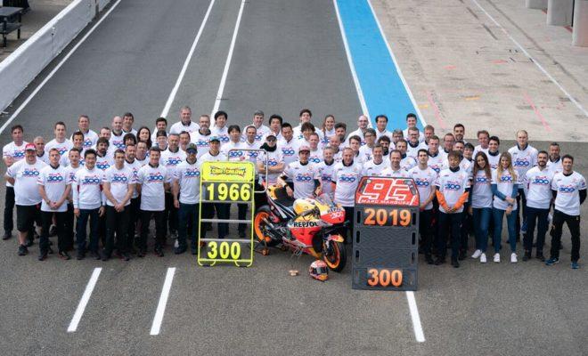 Την 3η του νίκη κατέκτησε στο φετινό πρωτάθλημα του MotoGP κατέκτησε ο Marc Marquez στο Γαλλικό Grand Prix, έναν αγώνα που πραγματοποιήθηκε σε χαμηλές θερμοκρασίες και του έδωσε τη δυνατότητα να αυξήσει ακόμη περισσότερο τη διαφορά του από τον δεύτερο στην κατάταξη του Παγκόσμιου Πρωταθλήματος MotoGP. Αυτή ήταν μάλιστα η 300ή νίκη της Honda στην κορυφαία κατηγορία, κάτι που κανείς άλλος κατασκευαστής δεν έχει επιτύχει. Ο Jim Redman με Honda RC181 ήταν ο αναβάτης που κατέκτησε την πρώτη στην ιστορία νίκη της Honda στην κορυφαία κατηγορία το 1966 στο Hockenheim, ενώ η δεύτερη ήρθε μερικούς αγώνες αργότερα στο Brno την ίδια χρονιά από τον Mike Hailwood. O Freddie Spencer επανέφερε τη Honda στο πρώτο σκαλί του βάθρου της κατηγορίας 500 κ.εκ. με τη νίκη του στο Spa-Francorchamps το 1982 με την NS500. Ο Takazumi Katayama έμελλε να γίνει την ίδια χρονιά ο πρώτος Ιάπωνας αναβάτης που νίκησε με Honda πάντα στην κατηγορία 500 κ.εκ. Το 1984 ήταν η χρονιά που εμφανίστηκε η NSR500, η θρυλική μοτοσικλέτα που κατέκτησε συνολικά 132 νίκες στα 500 κ.εκ. χαρίζοντας τον παγκόσμιο τίτλο σε αναβάτες όπως οι Mick Doohan, Wayne Gardner, Alex Crivillè και Eddie Lawson. Συνολικά 7 ήταν τα Παγκόσμια Πρωταθλήματα που κατέκτησε η συγκεκριμένη μοτοσυκλέτα. Ξεκινώντας η εποχή των τετράχρονων κινητήρων, η Honda σημείωσε αμέσως επιτυχία με την RC211V, κερδίζοντας στον πρώτο αγώνα, στο Ιαπωνικό GP του 2002. Η νέα γενιά των μοτοσυκλετών RC211V, RC212V και RC213V χάρισαν συνολικά 144 νίκες στη Honda στην εποχή των τετράχρονων κινητήρων, ανάμεσά τους και η νίκη του Marquez στο Γαλλικό GP. Οι 300 νίκες της Honda στην κορυφαία κατηγορία Jim Redman 2 Mike Hailwood 8 Freddie Spencer 20 Takazumi Katayama 1 Randy Mamola 4 Wayne Gardner 18 Eddie Lawson 4 Pierfrancesco Chili 1 Mick Doohan 54 Alex Criville 15 Daryl Beattle 1 Alberto Puig 1 Luca Cadalora 2 Carlos Checa 2 Tadayuki Okada 4 Max Biaggi 5 Loris Capirossi 1 Alex Barros 6 Valentino Rossi 33 Tohru Ukawa 1 Sete Gibernau 8 Makoto Tamada 2 Nicky Hayden 3 