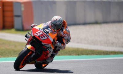 """Ο Marc Marquez πανηγύρισε μία πολύ σημαντική νίκη στο Καταλανικό GP της πατρίδας του, ενώ ο Jorge Lorenzo ήταν απολογητικός για την πτώση του μετά από την καλύτερή του εκκίνηση φέτος. Όταν οι 24 αναβάτες του Παγκοσμίου Πρωταθλήματος MotoGP παρατάχθηκαν στη θέση εκκίνησης του αγώνα επικρατούσαν οι υψηλότερες θερμοκρασίες όλου του Σαββατοκύριακου. Όμως οι 51°C στην άσφαλτο δεν πτόησαν καθόλου τον Marc Marquez, ο οποίος μπήκε στη μάχη με το που έσβησαν τα φώτα εκκίνησης. Στους επόμενους γύρους ο Marquez οδήγησε τον αγώνα με άνετη διαφορά λόγω των ατυχημάτων που είχαν γίνει ακριβώς πίσω του. Γυρίζοντας σταθερά μέσα και χαμηλά στο 1'40"""" στους πρώτους γύρους του αγώνα, ο Marc διατήρησε τη διαφορά του μέχρι τον τελευταίο γύρο για να περάσει τη γραμμή του τερματισμού με διαφορά 2,660"""" από τον δεύτερο. Αυτή ήταν η δεύτερη νίκη του περσινού Παγκόσμιου Πρωταθλητή στη Βαρκελώνη και η τέταρτη φέτος. Ήταν η 48η νίκη του Marquez στη μεγάλη κατηγορία και χάρη σ' αυτήν προηγείται με διαφορά 37 βαθμών από τον Dovizioso ο οποίος παρασύρθηκε από την πτώση του Lorenzo. H Honda προηγείται με 15 βαθμούς διαφορά από την Ducati στο Πρωτάθλημα Κατασκευαστών. Ο Jorge Lorenzo έκανε την καλύτερη εκκίνησή του σε αγώνα ως αναβάτης της Repsol Honda Team, σκαρφαλώνοντας από τη 10η στην 4η θέση από τη δεύτερη κιόλας στροφή. Νιώθοντας άνεση μπροστά, ο Lorenzo πλησίασε γρήγορα τους τρεις πρώτους. Ατυχώς, λίγο αργότερα είχε μία πτώση στη στροφή 10 με αποτέλεσμα ο αγώνας του να τελειώσει, ενώ έδινε μάχη για το βάθρο, χωρίς δυστυχώς να αποφύγει την επαφή με άλλους αναβάτες. Από τους πρώτους γύρους αποδείχθηκε ότι ο Jorge Lorenzo αισθάνεται όλο και καλύτερα στη σέλα της RC213V. Η ομάδα της Repsol Honda πραγματοποίησε δοκιμές στην πίστα της Καταλονίας τη Δευτέρα , όπου τόσο ο Marquez όσο και ο Lorenzo δοκιμάζουν πληθώρα τεχνικών λύσεων εν' όψει των επόμενων αγώνων. Το MotoGP επιστρέφει στη δράση στο Άσεν της Ολλανδίας, σε δύο εβδομάδες, στις 28-30 Ιουνίου. 1ος Marc Marquez «Προτίμησα το μαλακό πίσω ελαστικ"""