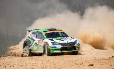 • Η ολοκαίνουργια SKODA Fabia R5 evo, στην «παρθενική» της εμφάνιση στο Παγκόσμιο Πρωτάθλημα Ράλι (WRC) σημείωσε ένα εντυπωσιακό 1-2 στο Ράλι Πορτογαλίας • Η SKODA Fabia R5 evo κέρδισε την πρώτη θέση τόσο στην κατηγορία WRC 2 Pro όσο και στη γενική της κλάσης RC2 • Οι Kalle Rovanperä - Jonne Halttunen σημείωσαν τη δεύτερη νίκη τους στον θεσμό FIA WRC 2 Pro για την SKODA Motorsport, φέρνοντας τη SKODA Fabia R5 evo στην 6η θέση της γενικής κατάταξης, η καλύτερη στην καριέρα του νεαρού Φινλανδού • Οι περσινοί πρωταθλητές WRC 2 Jan Kopecky - Pavel Dresler, επίσης με τη νέα SKODA Fabia R5 evo τερμάτισαν στη 2η θέση της WRC 2 Pro, «κερδίζοντας» και την εντυπωσιακότερη εμφάνιση στον αγώνα, αφού ολοκλήρωσαν μία ολόκληρη Ειδική Διαδρομή με το καπό του Fabia ανοιγμένο! • Πέντε Fabia R5 evo τερμάτισαν στην πρώτη εξάδα της κατηγορίας WRC 2, ενδεικτικό της ανταγωνιστικότητας και της αποτελεσματικότητας της SKODA Δίνοντας συνέχεια στη νίκη του στη Χιλή, ο Kalle Rovanperä με την εργοστασιακή SKODA Fabia R5 evo έκανε στην Πορτογαλία το «back-to-back», χαρίζοντας στην ομάδα της SKODA Motorsport τη νίκη στην κατηγορία WRC 2 Pro. Τη διαφορά εδώ έκανε το γεγονός ότι ο Φινλανδός είχε στα χέρια του την ολοκαίνουργια SKODA Fabia R5 evo, που στο ντεμπούτο της άφησε εξαιρετικές εντυπώσεις. Οι δυνατότητες του νέου αυτοκινήτου φάνηκαν «με το καλημέρα», όταν και οι δύο οδηγοί της SKODA Motorsport σημείωσαν κορυφαίους χρόνους στις Ειδικές Διαδρομές του πρώτου σκέλους. Μπορεί ένα κλατάρισμα να έριξε προσωρινά πίσω στην κατάταξη το Rovanperä, αλλά στη διάρκεια της δεύτερης ημέρας ο νεαρός επανήλθε και πλησίασε τον ομόσταυλό του Kopecky σε απόσταση αναπνοής. Μάλιστα, αυτό που εντυπωσίασε τους γνώστες του σπορ δεν ήταν μόνο οι επιδόσεις του 18χρονου, ο οποίος συμμετείχε για πρώτη φορά στην καριέρα του στην Πορτογαλία, αλλά η ικανότητά του να προστατεύει τα ελαστικά της Fabia R5 evo σε θερμοκρασίες 30 βαθμών Κελσίου! Το απόγευμα της δεύτερης ημέρας, και ενώ ο Rovanperä βρισκόταν ήδη επικεφαλής της κ
