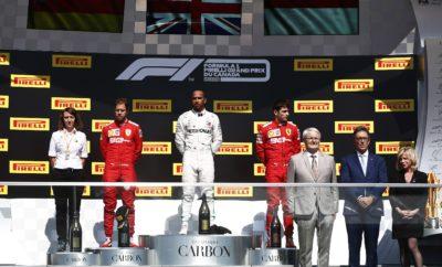 Ο οδηγός της Ferrari, Sebastian Vettel τερμάτισε πρώτος, αλλά ο οδηγός της Mercedes, Lewis Hamilton κέρδισε στον αγώνα του Καναδά γιατί στο Γερμανό επιβλήθηκε ποινή 5 δευτερολέπτων. Οι Ferrari και Mercedes κατέλαβαν τις τέσσερις πρώτες θέσεις στον τερματισμό εκκινώντας με την μέση γόμα. Πραγματοποίησαν μια μόνο αλλαγή όπου τοποθέτησαν τη σκληρή γόμα: Πρόκειται για μια στρατηγική την οποία είχαμε προκρίνει ως ταχύτερη. ΣΗΜΕΙΑ ΚΛΕΙΔΙΑ • Ήταν ένα από τα πιο ζεστά GP Καναδά στην πρόσφατη ιστορία με τη θερμοκρασία οδοστρώματος να ξεπερνά τους 50 βαθμούς Κελσίου και τη θερμοκρασία αέρα τους 30 βαθμούς Κελσίου την ώρα της εκκίνησης. • Ο Vettel εκκινούσε από την pole, κράτησε το προβάδισμα και άλλαξε ελαστικά μετά από 26 γύρους, δυο γύρους νωρίτερα από το Hamilton. Το δίδυμο έδωσε σκληρή μάχη στο μεγαλύτερο μέρος του αγώνα με τη διαφορά ανάμεσά τους να μην ξεπερνά τα 2 δευτερόλεπτα. Η μάχη κρίθηκε λόγω μιας ποινής για «μη ασφαλή» επάνοδο στην πίστα, που δόθηκε στο Vettel από τους αγωνοδίκες. • Ο οδηγός της Red Bull, Max Verstappen που εκκινούσε από την 9η θέση ακολούθησε μια εναλλακτική στρατηγική. Έκανε ένα μεγάλο πρώτο μέρος με τη σκληρή γόμα και μετά στο τέλος έβαλε τη μέση γόμα. Την ίδια στρατηγική ακολούθησε ο οδηγός της Racing Point, Lance Stroll που τερμάτισε 9ος. • Η πλειοψηφία των οδηγών σταμάτησε μόνο μια φορά παρά τις υψηλές θερμοκρασίες. Αξιοσημείωτη εξαίρεση ο οδηγός της Mercedes, Valtteri Bottas ο οποίος πήρε τον έξτρα βαθμό ταχύτερου γύρου, χάρη σ' ένα τελευταίο μικρό μέρος όπου χρησιμοποίησε τη μαλακή γόμα. • Η Renault πήρε διψήφιο αριθμό βαθμών για πρώτη φορά φέτος με στρατηγική μαλακή/σκληρή γόμα. Συνολικά είχαμε τέσσερις διαφορετικές στρατηγικές ανάμεσα στους πρώτους έξι οδηγούς. ΠΩΣ ΑΠΕΔΩΣΕ Η ΚΑΘΕ ΓΟΜΑ • ΣΚΛΗΡΗ C3: Χρησιμοποιήθηκε εκτεταμένα κατά τη διάρκεια του αγώνα. Η αντοχή της αποδείχτηκε σημαντική υπό τις υψηλές θερμοκρασίες του Σαββατοκύριακου. Ο Max Verstappen συμπλήρωσε στην αρχή του αγώνα, 48 γύρους μ' αυτή τη γόμα, αυτό του επέτρεψε να κερδίσε