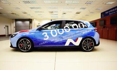 """• H παραγωγική μονάδα Hyundai Motor Manufacturing Czech (HMMC) της Hyundai στο Nošovice της Τσεχίας γιορτάζει την παραγωγή τριών (3) εκατομμυρίων αυτοκινήτων από την έναρξη λειτουργίας της το 2008 • Το ορόσημο ήταν ένα i30 N • Η HMMC είναι η πιο σύγχρονη μονάδα παραγωγής της Ευρώπης, με παραγωγική δυναμική 1.500 αυτοκίνητων Hyundai σε καθημερινή βάση Η Hyundai Motor γιορτάζει την παραγωγή τριών (3) εκατομμυρίων αυτοκινήτων που παράχθηκαν στο εργοστάσιο της Hyundai Motor Manufacturing Czech (HMMC) στο Nošovice της Τσεχίας. Τον Μάιο, η HMMC παρήγαγε το αυτοκίνητο με αύξοντα αριθμό 3.000.000. Το αυτοκίνητο ορόσημο ήταν ένα δημοφιλές μοντέλο υψηλών επιδόσεων i30 N και προορίζεται για πελάτη της εταιρείας στη Γερμανία. Η επιτυχία του εργοστασίου δεν θα ήταν δυνατή χωρίς τους υπαλλήλους του και για τον εορτασμό αυτού του επιτεύγματος, η HMMC διοργάνωσε ειδική τελετή στις 30 Μαΐου 2019. Με επίτιμους προσκεκλημένους τον κυβερνήτη της περιοχής, δημάρχους των γύρω πόλεων και δήμων, αντιπροσώπους, προμηθευτές και Μέσα Μαζικής Ενημέρωσης πραγματοποιήθηκε μια μεγάλη γιορτή για το πολύ σημαντικό αυτό επίτευγμα της εταιρείας. Εκτός από το i30 N, στην HMMC παράγεται ολόκληρη η οικογένεια i30 καθώς και το νέο Tucson, το οποίο διαθέτει έναν πρωτοποριακό 48 Volt υβριδικό κινητήρα. Η παραγωγή αυτών των μοντέλων υπογραμμίζει τη σημασία της HMMC για την εταιρεία, καθώς προσαρμόζει την προϊοντική της στρατηγική ώστε να αναδεικνύει τη μελλοντική κινητικότητα. Ο κ. Dong Woo Choi, President και CEO της Hyundai Motor Europe δήλωσε: """"Αυτό είναι ένα σημαντικό επίτευγμα για την HMMC και αποδεικνύει με μεγάλη επιτυχία τη δέσμευση της Hyundai στην ευρωπαϊκή αγορά. Στα επόμενα χρόνια, θα συνεχίσουμε να προσφέρουμε αναβαθμισμένα ποιοτικά αυτοκίνητα με προηγμένα τεχνολογικά χαρακτηριστικά σε όλους τους πελάτες."""" """"Η επίτευξη της παραγωγής 3 εκατομμυρίων αυτοκινήτων είναι ένα φανταστικό ορόσημο για την HMMC, του πιο σύγχρονου εργοστασίου παραγωγής της Ευρώπης"""", συνέχισε ο κ. Dong Hwan Yang, Πρόεδρος τη"""