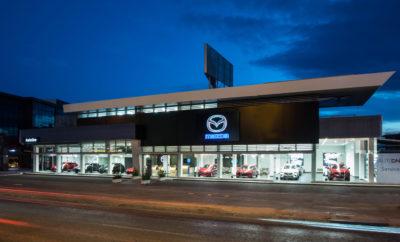 Στο πλαίσιο μιας διαρκούς και δυναμικής ανάπτυξης, ο Όμιλος Συγγελίδη βρίσκεται στην ευχάριστη θέση να ανακοινώσει την έναρξη λειτουργίας της MAZDA AUTOONE, ως επίσημου σημείου πώλησης της σύγχρονης γκάμας των μοντέλων MAZDA στην Ελληνική αγορά. Τα εγκαίνια της MAZDA Autoone έλαβαν χώρα την Πέμπτη 6 Ιουνίου και ώρα 20.30 με απόλυτη επιτυχία. Στην εκδήλωση παρευρέθηκαν φίλοι και συνεργάτες οι οποίοι είχαν την ευκαιρία να γνωρίσουν από κοντά τη νέα εποχή MAZDA, να ξεναγηθούν στο νέο κατάστημα και να διασκεδάσουν στο πάρτυ που ακολούθησε. Την εκδήλωση μεταξύ άλλων τίμησαν με την παρουσία τους ο Πρέσβης της Ιαπωνίας κος. Yasuhiro Shimizu, η Εμπορική Ακόλουθος της Ιαπωνικής Πρεσβείας κα. Yukiko Fujisawa, ο Δήμαρχος Γλυφάδας κος. Γιώργος Παπανικολάου καθώς και ο κ. David McGonigle, Regional Director Mazda Central & South East Europe. Η ολοκληρωμένη υπερσύγχρονη μονάδα – πρότυπο της MAZDA Autoone συνολικής έκτασης 2.100 τ.μ. έχει ως πρωταρχικό στόχο την διαρκή και αξιόπιστη παροχή υπηρεσιών υψηλών προδιαγραφών τόσο σε επίπεδο πωλήσεων όσο κα σε επίπεδο υπηρεσιών μετά την πώληση, στοχεύοντας σε μια κορυφαία εμπειρία εξυπηρέτησης. Πρόκειται για την πρώτη έκθεση – πρότυπο στην Ευρώπη που υιοθετεί τη νέα εταιρική ταυτότητα της MAZDA. Η AUTOONE A.E. διαθέτει πολυτελή έκθεση όπου παρουσιάζει τις νέες εκδόσεις όλων των μοντέλων της Mazda, εξουσιοδοτημένο συνεργείο με άρτια εκπαιδευμένο προσωπικό, σύγχρονα ειδικά εργαλεία διάγνωσης και επισκευής αλλά και πλούσια γκάμα ανταλλακτικών και αξεσουάρ. Παράλληλα, προσφέρει στους πελάτες της δυνατότητα δοκιμαστικής οδήγησης για όλα τα μοντέλα της MAZDA καθώς και αυτοκίνητο αντικατάστασης για τους πελάτες του συνεργείου. Οι επισκέπτες της έκθεσης θα έχουν την δυνατότητα να γνωρίσουν από κοντά και να οδηγήσουν όλη την ευρωπαϊκή σειρά μοντέλων της ιαπωνικής μάρκας, ξεκινώντας από το Mazda2, το ολοκαίνουριο Mazda3, το Mazda6, το Mazda CX-3, το Mazda CX-5 και το εμβληματικό Mazda MX-5. Όλα τα αυτοκίνητα χαρακτηρίζονται από την σχεδιαστική γλώσ