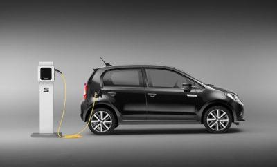  Το Mii electric είναι το πρώτο ηλεκτρικό αυτοκίνητο της SEAT και το ιδανικό όχημα για την πόλη, συνδυάζοντας δυναμική απόδοση με πρακτικότητα και αυτονομία 260 χιλιομέτρων (WLTP)  Το πρώτο ηλεκτρικό αυτοκίνητο της μάρκας καθιστά την τεχνολογία οικονομικά προσιτή, με κόστος αγοράς στο ίδιο επίπεδο με ένα όχημα με κινητήρα εσωτερικής καύσης  Οι προ-πωλήσεις του Mii electric θα ξεκινήσουν τον Σεπτέμβριο Κηφισιά, 04/06/2019. Η στροφή προς τα ηλεκτροκίνητα οχήματα επιταχύνεται και η SEAT ανταποκρινόμενη σε αυτή την τάση, κατασκευάζει αυτοκίνητα για να καλύψει τις απαιτήσεις μιας δυναμικής και συνεχώς μεταβαλλόμενης αγοράς, διατηρώντας παράλληλα τη βιωσιμότητα της κινητικότητας. Η μάρκας ξεκινά την ηλεκτρική της «επίθεση» με την παρουσίαση του Mii electric. Το Mii electric συνδυάζει δυναμισμό, κομψή σχεδίαση, προηγμένο σύστημα μετάδοσης κίνησης, νέα επίπεδα συνδεσιμότητας με οικονομική προσιτότητα, χαμηλό κόστος ιδιοκτησίας, χαρακτηριστικά που προσφέρουν ένα όχημα έτοιμο να αντιμετωπίσει τις προκλήσεις της αστικής οδήγησης και να καλύψει τις ανάγκες μίας νέας γενιάς πελατών. Το πρώτο ηλεκτροκίνητο όχημα παραγωγής της SEAT θέτει επίσης τα θεμέλια για μελλοντικά μέλη στην οικογένεια, με περισσότερα EVs και PHEVs στο εγγύς μέλλον, συμπεριλαμβανομένων του πλήρως ηλεκτρικού SEAT el-Born, plug-in υβριδικών εκδόσεων του Tarraco και Leon καθώς και της υψηλής απόδοσης plug-in υβριδικών εκδόσεων του CUPRA Formentor και CUPRA Leon. «Η αγορά αλλάζει και η ηλεκτροκίνηση επεκτείνεται με πρωτοφανή ρυθμό. Στην Ευρώπη, η αγορά ηλεκτρικών οχημάτων αυξήθηκε κατά 46% τους πρώτους τέσσερις μήνες του έτους και προχωρώντας αναμένουμε ότι τα ηλεκτροκίνητα οχήματα θα διαδραματίσουν σημαντικό ρόλο στην γκάμα μας», δήλωσε ο Luca de Meo, Πρόεδρος της SEAT. «Το ηλεκτρικό Mii είναι η αρχή αυτού του ταξιδιού και ταυτόχρονα ένα νέο οικονομικό ηλεκτρικό αυτοκίνητο στην αγορά». Το ηλεκτρικό Mii θα βοηθήσει στην προετοιμασία του δικτύου της SEAT να υποδεχθεί την αναμενόμενη επέκταση της ηλεκτροκίνησης στη