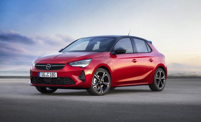 Έκτη γενιά Opel Corsa και με κινητήρες diesel & βενζίνης: από 13.990€ (Στη Γερμανία) Απολαυστικό στην οδήγηση: προηγμένοι κινητήρες, χαμηλή θέση οδήγησης, σπορ συμπεριφορά Αποδοτικό: μειωμένο βάρος, μειωμένη κατανάλωση, άριστη οδική συμπεριφορά Η επιλογή δική σας: εξαιρετικά σπορ GS Line, άνετο Corsa Elegance Κλασικό Opel: προσαρμοζόμενο σύστημα φωτισμού IntelliLux LED® matrix και καθίσματα με λειτουργία μασάζ Καινοτομίες για όλους: οκτατάχυτο αυτόματο κιβώτιο και προηγμένα συστήματα υποβοήθησης Η έκτη γενιά του Opel Corsa βρίσκεται προ των πυλών. Λίγες μόλις εβδομάδες μετά την παρουσίαση της ηλεκτρικής έκδοσης, η Opel ανακοινώνει τώρα το Corsa με κλασικούς κινητήρες καύσης – πιο αποδοτικό, πιο προηγμένο και πιο δυναμικό από ποτέ. Οι πωλήσεις του πεντάθυρου μοντέλου, μήκους 4,06 m, θα ξεκινήσουν με ιδιαίτερα οικονομικά μηχανικά σύνολα βενζίνης και diesel που αποδίδουν από 55kW (75hp) έως 96kW (130hp). Όλες οι εκδόσεις κινητήρων υπόσχονται μέτρια κατανάλωση και μία απολαυστική οδηγική εμπειρία (κατανάλωση καυσίμου NEDC[1]: στην πόλη 5,4-3,7 l/100km, εκτός πόλης 4,1-2,9 l/100km, μικτός κύκλος 4,6-3,2 l/100km, 105-85 g/km CO2, WLTP[2]: μικτός κύκλος 6,4-4,0 l/100 km, 144-104 g/km CO2, όλες οι τιμές είναι προκαταρκτικές). «Η αντίδραση στην παρουσίαση του πλήρως ηλεκτρικού Corsa-e – ενός ηλεκτρικού αυτοκινήτου για όλους – είναι ασύλληπτη», σχολίασε ο CEO της Opel, Michael Lohscheller. «Το Corsa με κλασικούς κινητήρες καύσης θα ακολουθήσει τα χνάρια του. Κινητήρας καύσης ή ηλεκτροκίνηση; Στην Opel, χάρη στην πλατφόρμα που υποστηρίζει συστήματα κίνησης με διαφορετικές μορφές ενέργειας, και τα δύο είναι εφικτά με το νέο μοντέλο. Ο πελάτης αποφασίζει.» Στην κορυφή της γκάμας κιβωτίων ταχυτήτων βρίσκεται ένα οκτατάχυτο αυτόματο. Η σπορ συνολική εντύπωση υποστηρίζεται από τη σχεδίαση μειωμένου βάρους και τη χαμηλή θέση του καθίσματος του οδηγού. Επιπλέον, η παθητική ασφάλεια βρίσκεται σε υψηλά επίπεδα, ενώ οι μηχανικοί της Opel βελτίωσαν παράλληλα τις ρυθμίσεις πλαισίου και δι