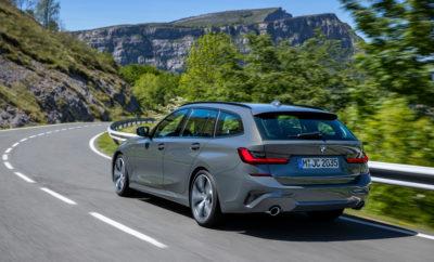 Η τελευταία γενιά του σπορ, πεντάθυρου μοντέλου συνδυάζει άριστα τις βασικές αρετές της οικογένειας BMW Σειράς 3 με άφθονους χώρους και ένα πολυχρηστικό εσωτερικό. Ο αριστοκρατικός και προηγμένος χαρακτήρας της νέας BMW Σειράς 3 Touring υπογραμμίζεται από την αναβαθμισμένη ποιότητα της καμπίνας και τις τελευταίες καινοτομίες ελέγχου/λειτουργίας και συνδεσιμότητας. Πριν από 32 χρόνια, η BMW Σειρά 3 Touring χάραξε το δρόμο για ένα νέο είδος αυτοκινήτου. Τώρα, διανύοντας την έκτη γενιά της, γίνεται σημείο αναφοράς στην πολυτελή μεσαία κατηγορία για τις σπορ ικανότητες και την προηγμένη πολυχρηστικότητα της. Από τότε, έχουν κατασκευαστεί πάνω από 1,7 εκατομμύρια οχήματα Σειράς 3 Touring, με την αναλογία του αμέσως προηγούμενου μοντέλου να υπερβαίνει τις 500.000 μονάδες. Η νέα BMW Σειρά 3 Touring θα αποκαλυφθεί στο κοινό για πρώτη φορά στις 25 – 27 Ιουνίου 2019 κατά τη διάρκεια της εκδήλωσης BMW Group #NEXTGen στο BMW Welt στο Μόναχο. Θα κατασκευάζεται στο Εργοστάσιο της BMW στο Μόναχο για πελάτες από Ευρώπη, Ιαπωνία, Ν. Κορέα, Ταϊβάν, Χονγκ Κονγκ, Αυστραλία και Νέα Ζηλανδία. Στην αγορά, προγραμματίζεται να κυκλοφορήσει στις 28 Σεπτεμβρίου 2019. Εξωτερική σχεδίαση: δυναμικές Touring αναλογίες. Χαρακτηριστικές αναλογίες και μία σχεδιαστική φιλοσοφία που ορίζεται από ζωηρές γραμμές και εντυπωσιακές επιφάνειες διαμορφώνουν ένα δυναμικό σχήμα για τη νέα BMW Σειρά 3 Touring, το οποίο αποπνέει γοητεία και μυϊκή δύναμη. Οι εξωτερικές διαστάσεις της έχουν αυξηθεί συγκριτικά με την προκάτοχό της κατά 76 mm ως προς το μήκος (4.709 mm), 16 mm ως προς το πλάτος (1.827 mm) και 8 mm ως προς το ύψος (1.470 mm, συμπερ. του πτερυγίου της οροφής). Το μεταξόνιο είναι μεγαλύτερο κατά 41 mm στα 2.851 mm, ενώ τα φαρδιά μετατρόχια υποστηρίζουν μια ευέλικτη και γεμάτη αυτοπεποίθηση οδική συμπεριφορά. Όπως στη νέα BMW Σειρά 3 Sedan, η σχεδίαση του εμπρός τμήματος – με τη μεγάλη μάσκα 'νεφρών', τους λεπτούς 'δίδυμους' προβολείς και την εξεζητημένη εμπρός ποδιά – τονίζει το δυναμικό στήσιμο. Αυτή 