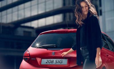 Οι νέες εργοστασιακές εκδόσεις Peugeot 208 Signature και SUV 2008 Signature είναι οι πιο φρέσκες, δυναμικές και δελεαστικές προτάσεις των best seller μοντέλων της γαλλικής μάρκας. Ήρθαν για να αλλάξουν και πάλι τα standards της κατηγορίας τους με πλούσια πακέτα εξοπλισμού ασφάλειας και άνεσης και εμπνευσμένο γαλλικό σχεδιασμό που απογειώνει τις αισθήσεις. Τα best seller Peugeot 208 και 2008 διαθέτουν εξοπλισμό, ο οποίος περιλαμβάνει - μεταξύ άλλων - Active City Brake (λειτουργία αυτόματης πέδησης εντός πόλης), mirror link (για την απόλαυση όλων των mobile εφαρμογών στην οθόνη αφής 7'' του αυτοκινήτου) κάμερα οπισθοπορείας και πίσω αισθητήρες υποβοήθησης στάθμευσης, αυτόματη λειτουργία προβολέων και υαλοκαθαριστήρων, εσωτερικό φωτοχρωματικό καθρέπτη, ηλεκτρικά ρυθμιζόμενους, αναδιπλούμενους και θερμαινόμενους εξωτερικούς καθρέπτες, φυμέ κρύσταλλα, λειτουργία αναγνώρισης εμποδίου και ζάντες 16''. Επιπλέον, τα δύο μοντέλα της Peugeot παρέχουν στον οδηγό τους μια «συνδεδεμένη» εμπειρία οδήγησης με το σύστημα WiFi on board και 60GB δωρεάν data για ξέγνοιαστη πλοήγηση στο διαδίκτυο. Με τις νέες εργοστασιακές εκδόσεις Signature, η Peugeot μετατρέπει την καθημερινή οδήγηση σε ξεχωριστή εμπειρία με εξοπλισμό που συνήθως προσφέρεται στις ακόμη πιο πλούσιες εκδόσεις. Από εκεί και πέρα η γαλλική μάρκα αναλαμβάνει όλα τα υπόλοιπα με την ισχύουσα 5ετή πλήρη εργοστασιακή εγγύηση! Οι νέες εκδόσεις της Peugeot 208 και 2008 Signature είναι διαθέσιμες σε όλο το Επίσημο Δίκτυο Διανομέων της μάρκας.