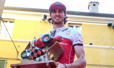 """Από το 1992 το βαρύτιμο βραβείο """"Bandini Trophy"""" απονέμεται στη μνήμη του Ιταλού οδηγού αγώνων Lorenzo Bandini, σε όσους πέτυχαν εξαιρετικές επιδόσεις στο χώρο του μηχανοκίνητου αθλητισμού. Αυτή τη χρονιά ο Antonio Giovinazzi, οδηγός της Alfa Romeo Racing Formula 1 Team, κέρδισε το βραβείου του καλύτερου πρωτοεμφανιζόμενου στη Formula 1. Ο Ιταλός οδηγός ενθουσίασε το κοινό οδηγώντας το μονοθέσιο C38 στη διαδρομή Faenza-Brisighella, συνοδευόμενος από μία Giulia Quadrifoglio της ειδικής σειράς """"Alfa Romeo Racing"""". Η 26η εκδήλωση του Lorenzo Bandini Trophy πραγματοποιήθηκε το περασμένο Σαββατοκύριακο. Η διοργάνωση συγκέντρωσε περισσότερους από 15.000 φίλους των αγώνων, με τον Antonio Giovinazzi να κατακτά το βραβείο για τον καλύτερο πρωτοεμφανιζόμενο οδηγό στη Formula 1. Ο Ιταλός οδηγός της Alfa Romeo Racing πρόσθεσε το όνομα του στη λίστα νικητών που περιλαμβάνει θρυλικά ονόματα όπως εκείνα των Kimi Räikkönen, Michael Schumacher, Fernando Alonso, Jenson Button, Jacques Villeneuve, Sebastian Vettel, Lewis Hamilton και Nico Rosberg. Ο Giovinazzi και η Alfa Romeo ενθουσίασαν το κοινό στη διάρκεια της διαδρομής από τη Faenza στη Brisighella. Ο Ιταλός οδηγός οδήγησε για περίπου 15 χιλιόμετρα σε δημόσιους δρόμους το μονοθέσιο C38, ενώ στο «πλευρό» του βρέθηκε μία Alfa Romeo Giulia Quadrifoglio από τη συλλεκτική σειρά """"Alfa Romeo Racing"""". Η συγκεκριμένη έκδοση περιλαμβάνει μια σειρά αναβαθμίσεων που ενισχύουν την αεροδυναμική απόδοση, αλλά και την ισχύ του κινητήρα. Ο Lorenzo Bandini, στη μνήμη του οποίου δίνεται το βραβείο, ξεκίνησε την καριέρα του στη Formula 1 το 1961. Κατά τη διάρκεια του Grand Prix του Μονακό του 1967 και καθώς βρισκόταν στην 2η θέση έχασε τον έλεγχο της Ferrari 312/67 με αποτέλεσμα να τραυματιστεί σοβαρά και τελικά να καταλήξει τρεις ημέρες αργότερα."""