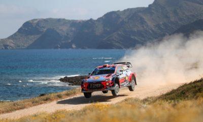 • Η Hyundai Motorsport πραγματοποίησε μια νίκη και διπλό στο βάθρο του Ράλι Σαρδηνίας, τον 8ο γύρο του Παγκοσμίου Πρωταθήματος Ράλι (WRC) του 2019 • Ο Dani Sordo και ο Carlos del Barrio θριάμβευσαν μετά από μια δραματική Power Stage στην οποία ο Ott Tänak αντιμετώπισε πρόβλημα, παραχωρώντας τη νίκη στους Ισπανούς • Ο Andreas Mikkelsen κατέκτησε την τρίτη θέση με αποτέλεσμα η Hyundai Motorsport να κατακτήσει την 1-3 θέση στο βάθρο Η Hyundai Motorsport κατέκτησε την τρίτη της νίκη στο Παγκόσμιο Πρωτάθλημα Ράλι (WRC) του 2019 μετά από ένα δραματικό αγώνα στο Ράλι Σαρδηνίας που ανέδειξε νικητές τους Dani Sordo και Carlos del Barrio. Το ισπανικό πλήρωμα είχε στόχο να εξασφαλίσει τη δεύτερη θέση μετά από ένα ανταγωνιστικό Σαββατοκύριακο. Ωστόσο, τα προβλήματα του Ott Tänak στην Power Stage εξασφάλισαν πλεονεκτική θέση στον Sordo, όπου ανέβηκε στην πρώτη θέση κατακτώντας την πρώτη του νίκη στην Hyundai Motorsport και τη δεύτερη στην καριέρα του στο WRC. Αντίστοιχα, οι Andreas Mikkelsen και Anders Jæger-Amland είχαν τo βλέμμα τους στην τέταρτη θέση, αλλά έπρεπε να αγωνισθούν σκληρά για να ανατρέψουν τη διαφορά των 14 δευτερολέπτων από τον Elfyn Evans. Οι Νορβηγοί αντιμετώπισαν την πρόκληση και η προσπάθειά τους επιβραβεύθηκε καθώς κατέκτησαν την τρίτη θέση και το δεύτερο βάθρο τους στο 2019. Ο Thierry Neuville τερμάτισε στη 6η θέση, κερδίζοντας τρείς επιπλέον βαθμούς για την Hyundai Motorsport. Το αποτέλεσμα του Ράλι Σαρδηνίας δίνει τη δυνατότητα στη Hyundai Motorsport να επεκτείνει το προβάδισμα της στην κατάταξη των κατασκευαστών WRC με 46 βαθμούς έναντι της Toyota Gazoo Racing. Ο Neuville διατηρεί την τρίτη θέση στο πρωτάθλημα των οδηγών με 143 βαθμούς, τρεις πίσω από τον Sébastien Ogier και επτά από τον Tänak με έξι ακόμη αγώνες να έχουν απομείνει για το κλείσιμο της φετινής σεζόν.  Dani Sordo / Carlos del Barrio (# 6 Hyundai i20 Coupe WRC) • Πρώτη νίκη ως οδηγός της Hyundai Motorsport, δεύτερη στην καριέρα του Ισπανού • 25 βαθμοί δίνουν στην ομάδα μια ακόμη ώθηση στην 