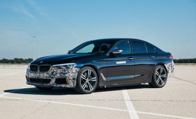 """Το όχημα δοκιμών """"Power BEV"""" του BMW Group που παρουσιάστηκε κατά τη διάρκεια του #NEXTGen διερευνά τι είναι τεχνικά εφικτό. Εφοδιάζεται με τρεις ηλεκτροκινητήρες πέμπτης γενιάς οι οποίοι αποδίδουν συνολική μέγιστη ισχύ πάνω από 530 kW/720 hp. Η επιτάχυνση 0 - 100 km/h ολοκληρώνεται αβίαστα σε λιγότερο από τρία δευτερόλεπτα. Στόχος της ομάδας εξέλιξης ήταν να δημιουργήσει ένα μοντέλο που να εντυπωσιάζει όχι μόνο με τις διαμήκεις επιταχύνσεις του αλλά και με τις πλευρικές. Όπως ήταν αναμενόμενο από ένα όχημα BMW, το αυτοκίνητο είναι εξαιρετικά γρήγορο στην ευθεία και παράλληλα να προσφέρει ανώτερη αίσθηση ακρίβειας και κρατήματος στις στροφές. Για να πετύχουν τις πολυπόθητες επιδόσεις, οι μηχανικοί πλαισίου συνεργάστηκαν με την ομάδα εξέλιξης συστημάτων κίνησης. Το μυστικό της δυναμικής συμπεριφοράς του είναι ο ανεξάρτητος έλεγχος των μοτέρ του πίσω άξονα. Έτσι καθίσταται εφικτή και η κατανομή ροπής μεταξύ των δύο πίσω τροχών για μέγιστη ελκτική πρόσφυση σε δυναμικούς ελιγμούς οδήγησης. Συγκριτικά με ένα μπλοκέ διαφορικό (περιορισμένης ολίσθησης), επιτυγχάνεται μεγαλύτερη αποτελεσματικότητα και ακρίβεια, καθώς επιτρέπεται η ενεργή προσαρμογή σε όλες τις οδηγικές συνθήκες. Αντίθετα, το μπλοκέ διαφορικό αντιδρά μόνο στη διαφορά ταχύτητας περιστροφής των κινητήριων τροχών. Το σύστημα κίνησης αποτελείται από τρεις ηλεκτροκινητήρες πέμπτης γενιάς, καθένας από τους οποίους συνδυάζει ένα μοτέρ με τα σχετικά ηλεκτρονικά συστήματα και τη μονάδα εξόδου μηχανικής ισχύος σε ένα κέλυφος. Ένας ηλεκτροκινητήρας τοποθετείται στον εμπρός άξονα και δύο (μονάδα δύο συστημάτων κίνησης) στον πίσω άξονα. Ένα ακόμα αξιοσημείωτο χαρακτηριστικό αυτής της γενιάς, πέρα από την εντυπωσιακή ισχύ που παράγει, είναι ότι δεν χρησιμοποιεί σπάνιες γαίες. Ένας ηλεκτροκινητήρας του είδους θα κάνει το ντεμπούτο του στη μαζική παραγωγή στο BMW iX3. Απλά, το iX3 θα έχει μόνο ένα μοτέρ αντί τριών. Το Power BEV βασίζεται σε ένα τρέχον μοντέλο παραγωγής της BMW Σειράς 5. Η ένταξη ενός τέτοιου συστήματος κίνη"""