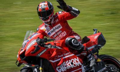 • Εξαιρετική εμφάνιση για τη Ducati στον «εντός έδρας» αγώνα στην πίστα του Μουγκέλο • Παρθενική νίκη για τον Πετρούτσι με τον Ντόβι να ανεβαίνει στο 3ο σκαλί του βάθρου • Οι δύο Ιταλοί αναβάτες της Ducati από την εκκίνηση του αγώνα έδειξαν τις προθέσεις τους, με τις μοτοσυκλέτες τους να είναι σε εξαιρετική κατάσταση και να αποδίδουν άψογα • Με το πολύ καλό συνολικά αποτέλεσμα η Ducati παρέμεινε δεύτερη στους κατασκευαστές ενώ η Mission Winnow Ducati πρώτη στις ομάδες Ένας πραγματικά αξέχαστος αγώνας για τους απανταχού φίλους και οπαδούς της Ducati, ήταν αυτός που έλαβε χώρα στην πίστα του Μουγκέλο, το προηγούμενο Σαββατοκύριακο. Παρθενική νίκη στο MotoGP για το Ντανίλο Πετρούτσι σε έναν αγώνα που κρίθηκε στα τελευταία μόλις μέτρα και 3η θέση για τον Αντρέα Ντοβιτσιόζο, που τερμάτισε μόλις τρία δέκατα του δευτερολέπτου πίσω του. Αυτή ήταν η τρίτη συνεχόμενη χρονιά που αναβάτες της Ducati κερδίζουν στο Μουγκέλο, στον «εντός έδρας» αγώνα της ομάδας, καθώς είχαν προηγηθεί ο Ντοβιτσιόζο το 2017 και ο Χόρχε Λορένθο το 2018. Με εκκίνηση από την πρώτη σειρά του grid, ο Πετρούτσι βρέθηκε από τα πρώτα μέτρα στο group των πρωτοπόρων, μαζί με το Ντοβιτσιόζο, που είχε κάνει εξαιρετική εκκίνηση από την τρίτη σειρά και βρέθηκε μάλιστα να στρίβει 3ος στην πρώτη στροφή της πίστας. Ο αγώνας χαρακτηρίστηκε από συνεχείς προσπεράσεις, με τους δύο Ιταλούς να συμμετέχουν σε ένα group τεσσάρων αναβατών που φάνηκε εξ αρχής ότι θα έδινε τη μάχη μέχρι τέλους, για τις τρεις θέσεις στο βάθρο. Τελικά, ο Πετρούτσι πέρασε πρώτος τη γραμμή του τερματισμού κατακτώντας την παρθενική του νίκη στο MotoGP, λιγότερο από μία ανάσα από τον δεύτερο Μάρκεθ – για την ακρίβεια 43 χιλιοστά του δευτερολέπτου. Στο τέλος του αγώνα, ο Κλαούντιο Ντομενικάλι, CEO της Ducati, δεν μπορούσε να κρύψει τη χαρά του. «Η νίκη είναι πάντα κάτι το φανταστικό αλλά το να κερδίζεις στο Μουγκέλο, έχει σίγουρα ιδιαίτερη, ξεχωριστή σημασία. Σε έναν αγώνα που νιώθουμε στο σπίτι μας, η ώθηση από τόσους ανθρώπους της εταιρείας αλλά κα