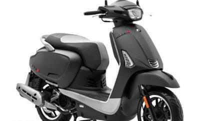 Ακόμη ένα μοντέλο «S» από την Kymco, με τις σπορ καταβολές αυτήν τη φορά να αφορούν στο πλέον κλασσικό σε εμφάνιση scooter της εταιρείας. Το 2018 είχαμε ένα ριζικά αναβαθμισμένο Like II 125i και από το 2019 η προσθήκη του γράμματος «S» θέλει να τονίσει έναν περισσότερο νεανικό χαρακτήρα. Και για να το πετύχουν αυτό οι Ιταλοί σχεδιαστές του R&D της Kymco άλλαξαν τα full Led φωτιστικά σώματα, τοποθέτησαν μια νέα σε σχεδίαση σέλα, επανασχεδίασαν χειρολαβές συνεπιβάτη και κάλυμμα εξάτμισης, όπως επίσης έβαψαν το μοντέλο σε νέα εντυπωσιακά χρώματα με μαύρες λεπτομέρεις που ενισχύουν τη σπορ εικόνα του μοντέλου. Στο πνεύμα ενός modern classic χαρακτήρα, το νέο Like Sport σκοπεύει να προσεγγίσει ένα ολοένα αυξανόμενο κοινό και να προσελκύσει αναβάτες που δεν κάνουν συμβιβασμούς όσον αφορά στις επιλογές τους. O τετράχρονος κινητήρας των 125cc και 11,5Hp διαθέτει τετραβάλβιδη κεφαλή με 1 ΕΕΚ και συμμορφώνεται με τις προδιαγραφές Euro4. Ο κινητήρας τεχνολογίας G5 ECO έχει σχεδιαστεί με γνώμονα την ιδιαίτερα αθόρυβη λειτουργία, την ελαχιστοποίηση των τριβών και τη μειωμένη κατανάλωση. Το ατσάλινο πλαίσιο με τη διπλή ραχοκοκκαλιά διαθέτει ενισχύσεις στα σημεία καταπόνησης και η τεχνολογία S.S.C. που έχει εφαρμοστεί στην κατασκευή του εγγυάται αυξημένη στιβαρότητα και σταθερότητα. Παράλληλα, επιτρέπει την τοποθέτηση του δοχείου καυσίμου χαμηλά στο δάπεδο, με διπλό κέρδος σε ευχρηστία και οδική συμπεριφορά. Αφενός γιατί η τάπα πλήρωσης βρίσκεται χαμηλά στην ποδιά και δεν απαιτείται άνοιγμα της σέλας σε κάθε ανεφοδιασμό και αφετέρου γιατί το χαμηλό κέντρο βάρους προσδίδει στο scooter ευκολότερο και ασφαλέστερο χειρισμό. Επιπρόσθετο κέρδος είναι και η σημαντική αύξηση του χώρου κάτω από τη σέλα, που μπορεί να δεχθεί ένα κράνος και μικροαντικείμενα. Στα φρένα λέμε ναι και τα δύο δισκόφρενα, ένα σε κάθε τροχό, συνδυάζουν τη λειτουργία τους (CBS – Combined Braking System) και εξασφαλίζουν σίγουρο και ασφαλές φρενάρισμα. Τα ψηφιακά όργανα εντυπωσιάζουν, προσφέροντας τρεις(!) οθόνες LCD