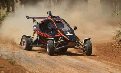 """Οι Γιάννης Χεκιμιάν και Χαράλαμπος Γαζετάς, συνέχισαν το νικηφόρο σερί τους επικρατώντας με Speedcar XTrem στις κατηγορίες των 600 και 750 κ.εκ., αντίστοιχα. Ο δεύτερος γύρος του ΕΚΟ Racing Dirt Games που έλαβε χώρα στο Διαδρόμιο Σπαθοβουνίου, μπορεί να μην επιφύλασσε εκπλήξεις όσον αφορά τους τελικούς νικητές, αλλά αναμφίβολα χαρακτηρίστηκε από εξαιρετικές επιδόσεις και μάχες στα δέκατα του δευτερολέπτου στις περισσότερες των περιπτώσεων. Το γεγονός ότι η οργανωτική επιτροπή του αγώνα επέλεξε να χρησιμοποιήσει τη γνωστή σχεδίαση και χάραξη του Διαδρόμιου είχε σαν αποτέλεσμα να παρακολουθήσουμε εξαιρετικές μάχες σε ολη τη διάρκεια της ημέρας. Σε αυτό συνέβαλλε το γεγονός ότι όλοι οι αγωνιζόμενοι είχαν σημαντική γνώση της διαδρομής, με το τελικό αποτέλεσμα να κρίνεται στις λεπτομέρειες. Βέβαια, υπήρχε μία περίπτωση που... διαφοροποιήθηκε από τον κανόνα, και συγκεκριμένα η μάχη της πρώτης θέσης στην κατηγορία των 600 κ.εκ. Εκεί, ο Γιάννης Χεκιμιάν πιστοποίησε το ρόλο του φαβορί που του είχε δοθεί από το Trackday του Σαββάτου, σημειώνοντας τον ταχύτερο χρόνο και στα τέσσερα σημερινά περάσματα. Μάλιστα, οι χρόνοι του ήταν κορυφαίοι σε επίπεδο γενικής και με σημαντική διαφορά από τον δεύτερο. Με αυτόν τον τρόπο, ο Χεκιμιάν έκανε το """"2 στα 2"""" στο φετινό ΕΚΟ Racing Dirt Games, ενώ παράλληλα χάρισε και την πρώτη θέση στην Speedcar Motul Team Greece για το Έπαθλο Ομάδων. Στο δεύτερο σκαλί του βάθρου, τον ακολούθησε ο Παναγιώτης Ρουστέμης με το Planet Kartcross K3 της Planet Kartcross Greece, ο οποίος και σήμερα κινήθηκε πολύ γρήγορα. Μάλιστα, """"έχασε"""" ένα σκέλος όταν έκλεισε ο γενικός του Kamikaz με αποτέλεσμα η χωμάτινη φόρμουλα του να σβήσει, χωρίς αυτό όμως να σταθεί αρκετό και να του στερήσει τη 2η θέση. Βέβαια, το έργο του δεν ήταν εύκολο, αφού μία σειρά από οδηγούς μονομάχησαν μαζί του στα εκατοστά για μία θέση στο βάθρο, με τον Κωνσταντίνο Χριστόπουλο να συμπληρώνει στο τέλος την πρώτη τριάδα. Οδηγώντας ακόμα ένα Speedcar XTrem, ο Χριστόπουλος πιστοποίησε την ταχύτητα """