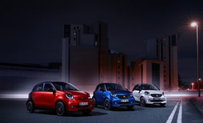"""Η smart κλείνει το 2020 έναν κύκλο που ξεκίνησε το 1998 και εγκαθίδρυσε μία νέα κατηγορία στην αυτοκίνηση: αυτήν, του ευέλικτου, στιλάτου και οικονομικού αυτοκινήτου πόλης! Αυτήν τη στιγμή, η smart είναι η μοναδική μάρκα που προσφέρει όλη τη γκάμα μοντέλων της τόσο με κινητήρες βενζίνης όσο και με ηλεκτροκινητήρες. Η νέα εποχή προτάσσει την ηλεκτροκίνηση και η smart πρόκειται να παίξει σημαντικό ρόλο σε αυτή. Για να αποχαιρετήσει την εποχή της συμβατικής βενζινοκίνησης με το απαράμιλλο στιλ της, η smart παρουσιάζει την ειδική έκδοση urbanshadow, η οποία συνδυάζει τα δύο ιδιαίτερα χαρακτηριστικά της μάρκας: την απόλυτη ευελιξία με τον δυναμικό χαρακτήρα. Tο smart urbanshadow είναι ένα πλούσια εξοπλισμένο αυτοκίνητο με BRABUS* χαρακτηριστικά στην εξωτερική του εμφάνιση (μπροστινή αεροτομή BRABUS και πίσω διαχύτης BRABUS) που προσφέρεται σε προνομιακή τιμή και διατίθεται και στις τρεις εκδόσεις της μάρκας coupé, cabrio και forfour! Η έκδοση urbanshadow βασίζεται στη γραμμή passion και έχει στοιχεία που τονίζουν τον δυναμικό χαρακτήρα του smart τόσο εξωτερικά όσο και εσωτερικά. Προσφέρεται με 6τάχυτο αυτόματο κιβώτιο ταχυτήτων twinamic και δυνατότητα επιλογής ανάμεσα σε δύο κινητήρες βενζίνης: τον 3κύλινδρο ατμοσφαιρικό 999 cc απόδοσης 71 ίππων (52kW) και τον ισχυρότερο 3κύλινδρο τούρμπο των 898 cc απόδοσης 90 ίππων (66kW). Πιο συγκεκριμένα, προσφέρεται με το σπορ πακέτο """"Sleek Style"""" που περιλαμβάνει ζάντες αλουμινίου 16 ιντσών σχεδίασης 8 ακτίνων σχήματος Υ σε μαύρο χρώμα, σπορ ανάρτηση, χαμηλωμένη κατά 10 mm για ακόμη πιο σπορτίφ εμπειρία, σπορ τριάκτινο, δερμάτινο τιμόνι πολλαπλών λειτουργιών με paddles για την αλλαγή ταχυτήτων και σπορ πεντάλ από βουρτσισμένο ανοξείδωτο χάλυβα με αντιολισθητικά στοιχεία. Επιπλέον, συνδυάζεται με δύο πακέτα εξοπλισμού, το """"Light Package"""" που περιλαμβάνει ατμοσφαιρικό φωτισμό, κεντρικό υποβραχιόνιο και πρόσθετο όργανο με ρολόι και στροφόμετρο καθώς και τον εξοπλισμό led & sensors * η ονομασία BRABUS δεν αναγράφεται στα χαρακτηριστικά"""