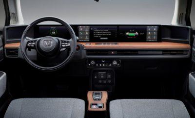 • Σύγχρονο στυλ εσωτερικού που αποπνέει άνεση και μία αύρα ηρεμίας • Προηγμένη εμπειρία συνδεσιμότητας με ψηφιακό ταμπλό οργάνων πλήρους πλάτους και πέντε οθόνες • 'Honda Personal Assistant' με υποστήριξη AI και δυνατότητα φωνητικού ελέγχου • Εφαρμογή smartphone της Honda επιτρέπει τη σύνδεση των ιδιοκτητών με το Honda e για πρόσθετη ξεγνοιασιά • Ψηφιακό κλειδί για εύκολο έλεγχο της ασφάλειας του οχήματος από απόσταση Το νέο Honda e προσφέρει διαισθητική και προηγμένη συνδεσιμότητα μέσα από την καμπίνα ενός σύγχρονου αυτοκινήτου που εγκαινιάζει νέα πρότυπα στην κατηγορία κόμπακτ EV. Συμπληρώνοντας το απλό και 'καθαρό' εξωτερικό στυλ, το εσωτερικό του νέου ηλεκτρικού οχήματος πόλης της Honda χρησιμοποιεί έξυπνα, σύγχρονα υλικά, που συνθέτουν ένα ευχάριστο και μοντέρνο περιβάλλον μέσα στην καμπίνα. Η συνδεδεμένη ενημέρωση/ψυχαγωγία (infotainment) βοηθά το αυτοκίνητο να εντάσσεται ομαλά στο σύγχρονο, αστικό lifestyle του ιδιοκτήτη του μέσω προηγμένης, φιλικής προς το χρήστη τεχνολογίας. Αυτό σημαίνει ότι ο οδηγός και οι επιβάτες – ανεξάρτητα εάν το αυτοκίνητο είναι εν κινήσει, σταθμευμένο ή φορτίζεται – μπορούν να απολαμβάνουν εφάμιλλες δυνατότητες συνδεσιμότητας και ανέσεις χάρη στις ολοκληρωμένες, συνδεδεμένες υπηρεσίες, στις οποίες έχουν πρόσβαση μέσω ενός ψηφιακού ταμπλό οργάνων πλήρους πλάτους, επόμενης γενιάς. «Στόχος μας για το Honda e ήταν το απλό εξωτερικό στυλ να συνεχιστεί και στο εσωτερικό. Η ατμόσφαιρα του εσωτερικού σε συνδυασμό με τη εξαιρετική άνεση που προσφέρουν γνώριμα υλικά όπως οι επενδύσεις ξύλου και το ανάγλυφο ύφασμα, θυμίζουν ένα μοντέρνο καθιστικό.» εξηγεί ο Kohei Hitomi, Large Project Leader, Honda e. «Σε αυτό το μοντέρνο, χαλαρωτικό περιβάλλον, οι χρήστες μπορούν να απολαμβάνουν προηγμένες συνδεδεμένες τεχνολογίες, όπως Camera Mirror System και δύο οθόνες αφής - μία εξαιρετικά προηγμένη και απίστευτα εύχρηστη λύση.» Ψηφιακό ταμπλό πλήρους πλάτους Το ψηφιακό ταμπλό πλήρους πλάτους της Honda e είναι σχεδιασμένο για άνετη χρήση συνδεδεμένων υπη