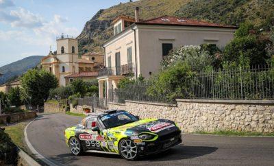"""Οι Dariusz Polonski, Zelindo Melegari και Andrea Nucita κατέκτησαν τις τρείς πρώτες θέσεις του ERC2 στο Roma Capitale Rally, αγώνας που προσμετρά και στο Abarth Rally Cup. Στο Roma Capitale Rally, 5ο αγώνα του ERC και 4ο του Abarth Rally Cup, το Abarth 124 rally, απέδειξε την ταχύτητα και την αξιοπιστία του κατακτώντας τις 3 πρώτες θέσεις στο ERC2. Ο Πολωνός Dariusz Polonski της ομάδας Rallytechnology βρέθηκε μπροστά από τους Ιταλούς Zelindo Melegari και Andrea Nucita της Bernini Rally που σφράγισαν την απόλυτη κυριαρχία του Abarth 124 rally στην κατηγορία. Dariusz Polonski (Rallytechnology): """"Είμαι πολύ χαρούμενος για το αποτέλεσμα. Ο αγώνας ήταν πολύ γρήγορος και ταίριαζε στο Abarth 124. Πλέον έχω αρκετά καλή αίσθηση του αυτοκινήτου και η ευχαριστώ για την ιδιαίτερα ζεστή παρουσία του κόσμου."""" Zelindo Melegari (Bernini Rally): """"Το Abarth 124 rally ήταν πολύ αποτελεσματικό σε αυτές τις επιφάνειες. Σε αυτό τον αγώνα προσπάθησα να καταλάβω το αυτοκίνητο και τελικά κατέκτησα τη δεύτερη θέση."""" Andrea Nucita (Bernini Rally): """"Αποδείξαμε την ανταγωνιστικότητα του αυτοκινήτου σε αυτού του είδους τις επιφάνειες όπου μπορούμε να κινούμαστε αρκετά κοντά στα τετρακίνητα μοντέλα. Το αποτέλεσμα μας είναι θετικό για το πρωτάθλημα."""" Το Roma Capitale Rally αποτελεί και τον 5ο γύρο του κυπέλλου FIA R-GT, με το Abarth 124 rally να υπερασπίζεται τον τίτλο του πρωταθλητή που κατέκτησε πέρυσι με το Ιταλικό μοντέλο ο Γάλλος Raphael Astier. Φέτος η επιτυχία μοιάζει να επαναλαμβάνετε με τις τρεις πρώτες θέσεις της βαθμολογίας μέχρι στιγμής να καταλαμβάνονται από οδηγούς με Abarth. Βαθμολογία του Abarth Rally Cup 1) Nucita - Ferrara (ITA) - 77 βαθμοί 2) Polonski - Sitek (POL) - 76 βαθμοί 3) Monarri - Chamorro (SPA) - 25 βαθμοί 4) Garcia Perez - Diaz Negrin (SPA) και Zelindo Melegari (ITA) - 18 βαθμοί 5) Nitišs- Kulšs (LVA) - 12 βαθμοί"""