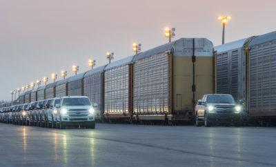 Ένα εντυπωσιακό βίντεο με το επερχόμενο ηλεκτρικό F-150 EV να ρυμουλκεί ένα ολόκληρο τρένο, έκανε την εμφάνισή του στην αντίπερα όχθη του Ατλαντικού! Με το συγκεκριμένο βίντεο η Ford θέλει να αποδείξει με έργα και όχι με παχιά λόγια τον τρόπο που φτιάχνει τα επαγγελματικά της οχήματα και να αναδείξει τις ικανότητες των ηλεκτρικών αυτοκινήτων και σε άλλους τομείς, πέραν εκείνων που σχετίζονται με τις επιδόσεις και την αυτονομία τους! Η επίδειξη των ασύλληπτων δυνατοτήτων του ηλεκτροκίνητου pickup μοντέλου της Ford έγινε παρουσία της επικεφαλής μηχανικού για το F-150 στην Αμερική, Linda Zhang. Το πρωτότυπο ηλεκτρικό F-150 EV κατάφερε να ρυμουλκήσει, με χαρακτηριστική μάλιστα ευκολία, μια διώροφη αμαξοστοιχία μήκους 304 μέτρων φορτωμένη με 42 συμβατικά Ford F-150 συνολικού βάρους πάνω από 453 τόνους (1Μ+ pounds).