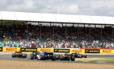 Για 3η φορά φέτος μετά το Μπαχρέιν και την Ισπανία, η Pirelli φέρνει στο Silverstone τις πιο σκληρές γόμες της γκάμας της – C1, C2, C3 – σκληρή λευκή, μέση κίτρινη και μαλακή κόκκινη αντίστοιχα. Αυτές θα πρέπει να αντιμετωπίσουν μερικά από τα υψηλότερα ενεργειακά φορτία της σεζόν, τα οποία προκαλούν οι γρήγορες καμπές της διάσημης Βρετανικής πίστας. Εδώ διεξήχθη πριν από 70 χρόνια ο πρώτος αγώνας του παγκοσμίου πρωταθλήματος. Λογικά λοιπόν το Silverstone αποτελεί πυρήνα του μηχανοκίνητου αθλητισμού, εξαιρετικά δημοφιλή για τους φιλάθλους. Χαρακτηριστικά διαδρομής • Το κύριο χαρακτηριστικό της πίστας του Silverstone είναι οι γρήγορες καμπές ειδικά η τριπλή αλληλουχία Maggots, Becketts και Chapel από την οποία οι οδηγοί διέρχονται με τέρμα γκάζι και 8η σχέση το κιβώτιο. Αυτό μεταφέρει υψηλά επίπεδα ενέργειας διαμέσου των ελαστικών. Επίσης οι οδηγοί υπόκεινται σε πολύ υψηλές πλευρικές δυνάμεις g. • Έχει στρωθεί νέος ασφαλτοτάπητας σε ολόκληρη τη διαδρομή πριν από το φετινό αγώνα. Στόχος να μειωθούν οι ανομοιομορφίες να βελτιωθεί η απαγωγή νερού και να τονιστούν οι κλίσεις. Αυτό μπορεί να έχει ως αποτέλεσμα ακόμη ταχύτερους γύρους. Ο ταχύτερος χρόνος με την σημερινή χάραξη επετεύχθη πέρυσι από τον οδηγό της Mercedes, Lewis Hamilton στις κατατακτήριες δοκιμές. • Στο Silverstone κυρίαρχο ρόλο παίζουν τα πλευρικά φορτία και όχι η ελκτική πρόσφυση και η σταθερότητα στο φρενάρισμα. Παραταύτα υπάρχουν μερικά πιο αργά τμήματα και πιο τεχνικά στην περιοχή Arena. Ως συνέπεια απαιτείται κάποιος εν μέρει συμβιβασμός στο σετάρισμα της ανάρτησης. Είναι μια πίστα όπου τα προσπεράσματα είναι εφικτά, απαιτεί όμως υψηλό βαθμό συγκέντρωσης. • Ο καιρός τυπικά Βρετανικός, και απρόβλεπτος. Στο παρελθόν έχουμε δει λαμπρή λιακάδα αλλά και καταρρακτώδη βροχή στο Βρετανικό Grand Prix – μερικές φορές το ίδιο Σαββατοκύριακο – οπότε οι ομάδες πρέπει να είναι προετοιμασμένες για όλα. • Πέρυσι είδαμε στρατηγικές μιας αλλά και δυο αλλαγών σ' έναν αγώνα που επηρεάστηκε από την ασυνήθιστη διπλή παρουσί