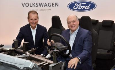 ● Η Volkswagen επενδύει μαζί με την Ford στην Argo AI, την εταιρεία που διαχειρίζεται μία πλατφόρμα αυτόνομων οχημάτων, η οποία αποτιμάται σε περισσότερα από 7 δισ. δολαρίων. Η συνεργασία θα επιτρέψει και στους δύο κατασκευαστές να ενσωματώσουν το σύστημα αυτόνομης οδήγησης της Argo AI, ανεξάρτητα, στα δικά τους οχήματα, επιτυγχάνοντας σημαντικές οικονομίες κλίμακας ● Η Ford θα χρησιμοποιήσει την EV αρχιτεκτονική της Volkswagen και την πλατφόρμα Modular Electric Toolkit (MEB) για το σχεδιασμό και την κατασκευή τουλάχιστον ενός πλήρως ηλεκτρικού οχήματος με υψηλό όγκο πωλήσεων στην Ευρώπη που θα απευθύνεται σε Ευρωπαίους πελάτες, ξεκινώντας το 2023. Έτσι θα εκπληρώσει ταχύτερα τη δέσμευσή της να προσφέρει προηγμένα επιβατικά αυτοκίνητα αξιοποιώντας τις οικονομίες κλίμακας της Volkswagen ● Η Ford και η VW ήδη συνεργάζονται για την ανάπτυξη επαγγελματικών van και μεσαίων pickup για κάθε μάρκα σε επιλεγμένες παγκόσμιες αγορές, ξεκινώντας το 2022. Ο διαμοιρασμός του κόστους εξέλιξης θα δημιουργήσει σημαντικές συνέργειες ● Η παγκόσμια συμμαχία Volkswagen-Ford – που δεν συνεπάγεται διασταυρούμενη ιδιοκτησία μεταξύ των εταιρειών – αναμένεται να δημιουργήσει ετήσιες αποδόσεις για κάθε εταίρο Η Ford Motor Company και η Volkswagen AG ανακοίνωσαν την επέκταση της παγκόσμιας συμμαχίας τους που περιλαμβάνει τώρα και ηλεκτρικά οχήματα – και θα συνεργαστούν με την Argo AI για την εισαγωγή της τεχνολογίας αυτόνομων οχημάτων σε ΗΠΑ και Ευρώπη – κάτι που θα επιτρέψει και στις δύο εταιρείες να παρέχουν καλύτερες υπηρεσίες στους πελάτες, βελτιώνοντας παράλληλα την ανταγωνιστικότητά τους και τις κεφαλαιακές αποδόσεις. Ο CEO της Volkswagen, Dr. Herbert Diess, ο Ford President & CEO Jim Hackett και ο CEO της Argo AI, Bryan Salesky, ανακοίνωσαν ότι η Volkswagen ενώνει τις δυνάμεις της με τη Ford επενδύοντας στην Argo AI, την εταιρεία διαχείρισης μιας πλατφόρμας αυτόνομων οχημάτων. Χάρη στη συνεργασία των Ford και Volkswagen, το σύστημα αυτόνομης οδήγησης της Argo AI (SDS) είναι το πρώτο με 