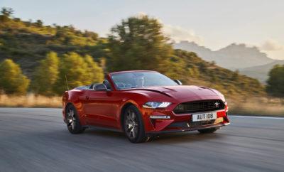 • Σηματοδοτώντας την 55η επέτειο της εμβληματικής Mustang, η νέα ειδική έκδοση Mustang55 5.0L V8 για την Ευρώπη διαθέτει αποκλειστικά στοιχεία στην εξωτερική της σχεδίαση και εσωτερικό υψηλών προδιαγραφών • Η Mustang 2.3L EcoBoost αναβαθμίζεται με εξωτερικές λεπτομέρειες εμπνευσμένες από την Shelby, περιλαμβάνοντας ταυτόχρονα στο βασικό της εξοπλισμό το σύστημα Active Valve Performance Exhaust. Επίσης, έχουν προστεθεί νέες αποχρώσεις, οι Twister Orange και Grabber Lime • Η παραγωγή της Ford Mustang BULLITT συνεχίζεται για δεύτερη χρονιά λόγω της υψηλής δημοτικότητας της ειδικής έκδοσης των 460 ίππων που τιμά τη θρυλική κινηματογραφική ταινία της Warner Bros. • Διαθέσιμη σε εκδόσεις αμαξώματος fastback και cabrio, η Mustang αναδείχτηκε πέρσι ως το παγκόσμιο best-seller μοντέλο στην κατηγορία σπορ κουπέ αυτοκινήτων για τέταρτη συνεχή χρονιά Η Ford παρουσίασε σήμερα τη νέα ειδική έκδοση Mustang55 για την Ευρώπη τιμώντας την 55η επέτειο του εμβληματικού, σπορ αυτοκινήτου της Ford. Βασισμένη στη Ford Mustang 5.0L V8 (450 PS), η νέα Mustang55 διαθέτει μοναδικά στοιχεία στον εξωτερικό της σχεδιασμό, με χαρακτηριστικές λωρίδες στο καπό και το πλάι, λογότυπα και προαιρετική αεροτομή στο πίσω μέρος, σε συνδυασμό με ένα υψηλών προδιαγραφών εσωτερικό. Επιπλέον, η Ford Mustang 2.3L EcoBoost ανανεώνεται αισθητικά ενσωματώνοντας στιλιστικά στοιχεία εμπνευσμένα από τα θρυλικά μοντέλα της οικογένειας Mustang Shelby. Ο βασικός εξοπλισμός της εμπλουτίζεται με την τεχνολογία Active Valve Performance Exhaust της Ford, η οποία επιτρέπει στους οδηγούς να προσαρμόζουν την ένταση του ήχου από την εξάτμιση ανάλογα με τη διάθεσή τους και το εκάστοτε οδηγικό σενάριο. Επίσης, η Ford λανσάρει νέες αποχρώσεις στην οικογένεια Mustang, όπως οι Iconic Silver, Lucid Red, Twister Orange και Grabber Lime, ενώ η τεχνολογία ενσωματωμένου modem, FordPass Connect, έρχεται να μετατρέψει το όχημα σε κινητό WiFi hotspot με δυνατότητα σύνδεσης έως και 10 συσκευών. «Η Mustang ανήκει σε μία επίλεκτη ομάδα οχημάτ