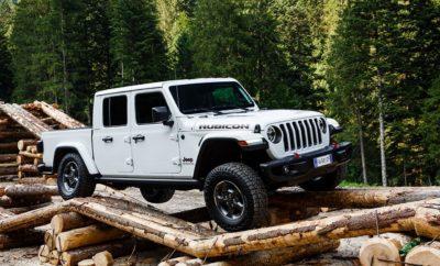 Το νέο Jeep® Gladiator θα είναι το αστέρι του φετινού Camp Jeep - της ετήσιας συνάντησης των φίλων της Jeep που θα πραγματοποιηθεί την περίοδο 12-14 Ιουλίου. Ένα ξεχωριστό όχημα, το νέο Jeep Gladiator σηματοδοτεί την επιστροφή της μάρκας στην κατηγορία των pickup. Μοντέρνος σχεδιασμός με χαρακτηριστικά στιλιστικά στοιχεία που το κάνουν άμεσα αναγνωρίσιμο ως ένα αυθεντικό Jeep. Το μόνο αυθεντικό πλήρως ανοικτό 4x4 pickup με εύκολη στη χρήση μαλακή οροφή, δύο hard tops και αναδιπλούμενο παρμπρίζ για απόλυτη ελευθερία. Μοναδικές εκτός δρόμου δυνατότητες με τα συστήματα τετρακίνησης Command-Trac και Rock-Trac, άξονες Dana 44 τρίτης γενιάς, εμπρός και πίσω διαφορικά με δυνατότητα ηλεκτρονικού κλειδώματος και δυνατότητα ηλεκτρονικής αποσύνδεσης της εμπρόσθιας αντιστρεπτικής ράβδου (μοναδικό χαρακτηριστικό στην κατηγορία). Ανάρτηση ρυθμισμένη για βέλτιστη άνεση στις καθημερινές μετακινήσεις χωρίς να θυσιάζει στο ελάχιστο τις εκτός δρόμου ικανότητες του οχήματος. Προηγμένοι κινητήρες που περιλαμβάνουν το V6 βενζινοκινητήρα Pentastar των 3,6 λίτρων απόδοσης 285 ίππων (αγορές εκτός Ευρώπης) και τον diesel V6 EcoDiesel κινητήρα πετρελαίου χωρητικότητας 3 λίτρων και απόδοση 260 ίππων (Ευρωπαϊκές αγορές). Προηγμένη τεχνολογία που περιλαμβάνει εμπρόσθια κάμερα για καλύτερη ορατότητα στις εκτός δρόμου διαδρομές και το σύστημα UconnectTM 4ης γενιάς με συμβατότητα Apple CarPlay - Android Auto και την επιλογή οθόνης αφής 7 ή 8,4 ιντσών. Εφοδιασμένο με μία σειρά προηγμένων συστημάτων υποβοήθησης οδήγησης που περιλαμβάνουν σύστημα επόπτευσης τυφλής γωνίας, σύστημα προειδοποίησης σύγκρουσης και αυτόματου φρεναρίσματος και ενεργό σύστημα διατήρησης ταχύτητας. Μία σειρά που περιλαμβάνει περισσότερα από 150 αυθεντικά αξεσουάρ Jeep® από την Mopar®, τα οποία διευρύνουν σημαντικά τις επιλογές εξατομίκευσης του Gladiator. To Gladiator θα είναι διαθέσιμο στις Ευρωπαϊκής αγορές την επόμενη χρονιά. Στο Camp Jeep οι επισκέπτες θα μπορούν να δουν δύο Jeep Gladiator στην έκδοση Rubicon με τις κορυφα