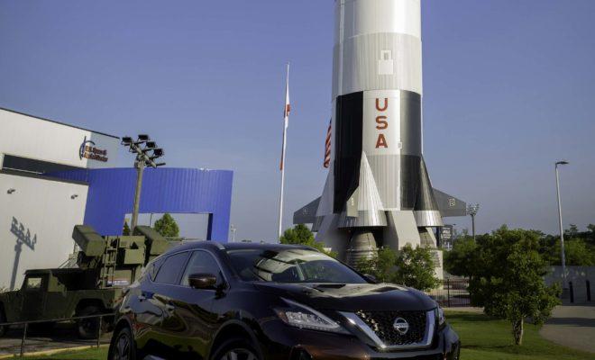 """10 """"διαστημικές"""" τεχνολογίες που πλέον υπάρχουν και στα αυτοκίνητά μας Στις 20 Ιουλίου συμπληρώνονται 50 χρόνια από την πρώτη προσσελήνωση. Στα χρόνια που ακολούθησαν μετά από αυτή την επιτυχημένη αποστολή, τα πολυάριθμα άλματα της διαστημικής τεχνολογίας έχουν αντίκτυπο και στην καθημερινή ζωή. Τόσο η Nissan, όσο και άλλες αυτοκινητοβιομηχανίες, χρησιμοποιούν πολλές από αυτές τις τεχνολογίες. Για τον λόγο αυτό, ας θυμηθούμε 10 τέτοιες τεχνολογίες που πλέον υπάρχουν και στα αυτοκίνητά μας : 1. Σύστημα υποστήριξης οδηγού ProPILOT Assist, με βάση την τεχνολογία ραντάρ και κάμερας 2. Φωτισμός LED 3. Καθίσματα Μηδενικής Βαρύτητας με Temper Foam (αφρώδες υλικό με μνήμη) 4. Πλοήγηση με τεχνολογία GPS 5. Λογισμικό υπολογιστή 6. Μπαταρίες ιόντων λιθίου 7. Φρένα ανθεκτικά στη θερμότητα 8. Χειμερινά ελαστικά studless 9. Αντιθερμικές """"ασπίδες"""" εξάτμισης 10. Δορυφορικό ραδιόφωνο Αξίζει να σημειωθεί ότι η Nissan North America, Inc., θυγατρική της Nissan Motor Co. Ltd., με έδρα στις ΗΠ.Α., έχει συνάψει συμφωνία από το 2018 με την NASA Ames Research Center στη Silicon Valley της Καλιφόρνιας, για συνεργασία στην έρευνα και τεχνολογική ανάπτυξη που αφορά μελλοντικές αυτόνομες υπηρεσίες κινητικότητας. Η ερευνητική συνεργασία με τη NASA αποτελεί μέρος του οδικού χάρτη της Nissan, για την τεχνολογική και επιχειρηματική εξέλιξη της αυτοκινητοβιομηχανίας, στο πλαίσιο του Nissan Intelligent Mobility. Αυτός ο """"οδικός χάρτης"""" αποτελείται από τρία εργαστήρια αλληλοσυνδεόμενων καινοτομιών στους άξονες των Intelligent Drive, Intelligent Power και Intelligent Integration."""