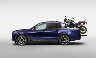 Οι επισκέπτες της φετινής εκδήλωσης BMW Motorrad Days, ανάμεσα στα πολλά και ενδιαφέροντα εκθέματα, είχαν την ευκαιρία να απολαύσουν μία πραγματικά μοναδική στο είδος της BMW X7 Pick-up. Μία μοναδική μετατροπή που δημιούργησαν οι μαθητευόμενοι του προγράμματος επαγγελματικής κατάρτισης του BMW Group σε συνεργασία με τα τμήματα Concept Vehicle Construction και Model Technology του εργοστασίου του Μονάχου. Το όχημα βασίζεται στην BMW X7, το πολυτελέστερο και τελευταίο μέλος της οικογένειας BMW X. Το one-off μοντέλο συνδυάζει την τεχνολογία κίνησης της BMW X7 xDrive40i 250 kW/340 hp (κατανάλωση καυσίμου στο μικτό κύκλο: 9,0 – 8,7 l/100 km, εκπομπές CO2 στο μικτό κύκλο: 205 – 198 g/km) με την καινοτόμα φιλοσοφία ενός πενταθέσιου, πολυτελούς pick-up. Η χειροποίητη καρότσα με προηγμένο φινίρισμα ξύλου υψηλής ποιότητας, η αερανάρτηση δύο επιπέδων ρυθμιζόμενη καθ' ύψος και οι πολυάριθμες λεπτομέρειες υψηλής ποιότητας καθιστούν την BMW X7 Pick-up ιδανική για καθημερινή χρήση και όχι μόνο. Μία ισχυρή μοτοσικλέτα περιπέτειας BMW F 850 GS πάνω στην καρότσα ολοκληρώνει τη μετατροπή. Παρέα, τα δύο οχήματα, μπορούν τα ταξιδεύουν στις πιο απομακρυσμένες γωνιές του κόσμου. «Είμαι ικανοποιημένες με τις συνέργειες μεταξύ των τμημάτων Επαγγελματικής Εκπαίδευσης & Κατάρτισης του BMW Group (Vocational Training), Concept Vehicle Construction και Model Technology, που επέτρεψαν σε αυτά τα νεαρά ταλέντα να αποδείξουν τις ικανότητές τους με ένα τόσο εντυπωσιακό project», καταλήγει ο Milagros Caiña-Andree, Μέλος Δ.Σ., υπεύθυνος Ανθρώπινων Πόρων (HR) της BMW AG. Εξελιγμένα υλικά και προηγμένες μέθοδοι παραγωγής συναντούν την ανώτερη κατασκευαστική ποιότητα. Πίσω από μία καμπίνα που μπορεί να μεταφέρει σε ένα πολυτελές περιβάλλον πέντε άτομα, η BMW X7 Pick-up προσφέρει πλούσιο χώρο φόρτωσης. Το μήκος της καρότσας ποικίλει από 140 cm (κλειστή) έως 200 cm (ανοιχτή). Χάρη στην ευφυή χρήση CFRP στα τμήματα της οροφής, τις πίσω πόρτες και το πίσω κάλυμμα, επιτεύχθηκε εξοικονόμηση βάρους 200 kg έναντ