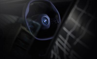 Το BMW iNEXT προαναγγέλλει το ξεκίνημα μιας νέας εποχής οδηγικής απόλαυσης. Η ικανότητα της εκτενώς αυτοματοποιημένης λειτουργίας του συνδυάζεται με μία πολύ εξελιγμένη σχεδίαση εσωτερικού. Το πρώτο μοντέλο του BMW Group στο οποίο ο οδηγός μπορεί να αναθέτει τα οδηγικά καθήκοντα στο αυτοκίνητο αλλά και να αναλαμβάνει ενεργό δράση οποιαδήποτε στιγμή, εφοδιάζεται με τιμόνι νέας σχεδίασης. Με το πολυγωνικό σχήμα του, είναι ιδανικό όταν ο οδηγός αποφασίζει να πάρει τον έλεγχο στη χέρια του. Επιπλέον, οι μοναδικές καμπύλες του τιμονιού – εμπνευσμένες από το μηχανοκίνητο αθλητισμό – βελτιστοποιούν την πρόσβαση όπως και το επίπεδο άνεσης στο κάθισμα καθώς και την ορατότητα των οργάνων. Όπως η κυρτή οθόνη (Curved Display), το πολυγωνικό τιμόνι εντάσσεται στην πρωτοποριακή σχεδιαστική φιλοσοφία εσωτερικού του BMW iNEXT – ενός μοντέλου που θα παράγεται από το 2021, και θα αποτελέσει τη νέα τεχνολογική ναυαρχίδα του κατασκευαστή. Με μία εντυπωσιακή, σύγχρονη γεωμετρία, το τιμόνι του BMW iNEXT συμβολίζει την εποχή της εκτενώς αυτοματοποιημένης οδήγησης. Η στεφάνη του είναι επίπεδη στο πάνω και κάτω τμήμα, ενώ στις στρογγυλεμένες γωνίες στο πλάι, ο οδηγός μπορεί να ακουμπά τα χέρια του. Τα πλεονεκτήματα αυτής της γεωμετρίας είναι εμφανή όταν ο οδηγός επιλέγει συμβατικό στυλ οδήγησης. Συγκριτικά με ένα στρογγυλό σχήμα, επιτρέπει ταχύτερη αναγνώριση της γωνίας διεύθυνσης με βάση τη θέση του τιμονιού. Τη στιγμή που ο οδηγός αναλαμβάνει εκ νέου τον έλεγχο του οχήματος, μπορεί να αντιληφθεί άμεσα την τρέχουσα γωνία διεύθυνσης – τόσο οπτικά όσο και μέσω της αφής – ώστε να συνεχίσει το ταξίδι προς το προορισμό του με απόλυτη ασφάλεια. Οπτικές ίνες ενσωματωμένες στα πλαϊνά τμήματα του τιμονιού ενημερώνουν τον οδηγό για τη διαθεσιμότητα λειτουργιών αυτόνομης οδήγησης μέσω έγχρωμων σημάτων, ενώ υποδεικνύουν πότε ο οδηγός χρειάζεται να αναλάβει ο ίδιος τον έλεγχο του οχήματος. Αυτό το είδος διάδρασης μεταξύ οδηγού και οχήματος είναι ένα ακόμα στοιχείο της πρωτοποριακής σχεδίασης εσωτερικού