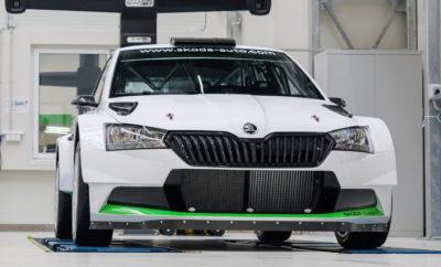 • Η νέα SKODA Fabia R5 evo, που εδώ και δύο αγώνες εκπροσωπεί τη SKODA Motorsport στην κατηγορία WRC 2 Pro έχοντας σημειώσει εντυπωσιακά «1-2», είναι ένα πραγματικά νέο αυτοκίνητο μέσα-έξω • Πέρα από τις τεχνικές και μηχανολογικές αναβαθμίσεις, υπάρχουν πολλές οπτικές διαφορές που ξεχωρίζουν το νέο μοντέλο από την προηγούμενη έκδοσή του, αντιληπτές από τους θεατές και κατά την διάρκεια μιας Ειδικής Διαδρομής • Η νέα εμφάνιση σε συγκεκριμένα σημεία (εμπρός προφυλακτήρας, εξάτμιση, δαγκάνες φρένων) και η ευρεία χρήση ανθρακονημάτων είναι τα βασικότερα σημεία της οπτικής διαφοροποίησης • Μακρύτερη διαδρομή ανάρτησης, χαμηλότερο κέντρο βάρους και αυξημένη ισχύς σε συνδυασμό με βελτιωμένα φρένα, είναι μερικές μόνο από τις μηχανολογικές διαφοροποιήσεις της νέας SKODA Fabia R5 evo Το πρωτάθλημα της WRC 2 Pro για το 2019 έχει ήδη περάσει στο δεύτερο μισό του, με τη SKODA Motorsport να βρίσκεται στην 1η θέση στους κατασκευαστές (ισοψηφεί με τη Ford). Την ίδια στιγμή ο Kalle Rovanperä, οδηγός της SKODA, προηγείται στο αντίστοιχο πρωτάθλημα των οδηγών, με σημαντική διαφορά. Στους δύο τελευταίους αγώνες έκανε την εμφάνισή της η νέα SKODA Fabia R5 evo, κατακτώντας ισάριθμες νίκες στα χέρια του νεαρού Φινλανδού, με τη 2η θέση μάλιστα να καταλήγει στον έτερο οδηγό της ομάδας, Jan Kopecky! Τι διαφορετικό έχει όμως αυτή η κυρίαρχη Fabia από το προηγούμενο μοντέλο και πώς θα την ξεχωρίσει ο παρατηρητικός φίλος του σπορ; Νέα εμφάνιση - Η νέα SKODA Fabia R5 evo ξεχωρίζει με την πρώτη ματιά από την εμφάνιση του ανασχεδιασμένου εμπρός προφυλακτήρα. Η κύρια διαφορά είναι οι νέοι, μικρότεροι προβολείς με λωρίδα LED στο κάτω μέρος και με ευθύγραμμο το κάτω άκρο. Η μάσκα του ψυγείου είναι επίσης διαφορετική, με μια έντονη γωνία να έχει προστεθεί στις πλευρές της. Μια άλλη αλλαγή είναι το σχήμα των πλαϊνών του προφυλακτήρα, με χαμηλότερο και πιο αεροδυναμικό άκρο, περίπου στο μισό του ύψους του. Το προηγούμενο αυτοκίνητο είχε αυτό το χαρακτηριστικό τοποθετημένο στην κορυφή του προφυλακτήρα. Ε