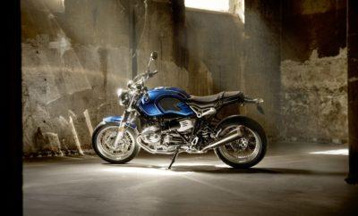 Αποκλειστικό μοντέλο τιμά την 50ή επέτειο της /5 series και τα 50 χρόνια παραγωγής της BMW Motorrad στο εργοστάσιο του Spandau (Βερολίνο). Κλασικά, αυθεντικά – και υγρόψυκτα. Αυτά είναι τα κύρια χαρακτηριστικά των μοντέλων BMW R nineT. Η νέα R nineT /5 αποτελεί μία ακόμα προσθήκη στην επιτυχημένη σειρά μοτοσικλετών Heritage της BMW Motorrad, αυτή τη φορά με όνομα βαρύ και ιστορία: το μοντέλο τιμά την 50ή επέτειο της θρυλικής /5 και ταυτόχρονα την έναρξη παραγωγής της BMW Motorrad στο εργοστάσιο του Spandau (Βερολίνο) πριν από 50 χρόνια. Επιστροφή στο παρελθόν με το βλέμμα στο μέλλον: η /5 series ως ιστορικό αρχέτυπο. Η παραγωγή αυτοκινήτων BMW αυξήθηκε τρομερά τη δεκαετία του '60, γι' αυτό και πάρθηκε η απόφαση να κατασκευάζονται οι μοτοσικλέτες BMW στο Βερολίνο. Οι εργασίες ξεκίνησαν το 1969 με προσωπικό περίπου 400 ατόμων και μία νέα σειρά: τα μοντέλα /5 - R 50/5, R 60/5 και R 75/5. Με πλήρως ανανεωμένο πλαίσιο / κινητήρα και φρέσκια, μοντέρνα σχεδίαση, η BMW έγραψε ιστορία επεκτείνοντας την αγορά μοτοσυκλετών την εποχή εκείνη. Τα μοντέλα /5 σημείωσαν άμεση επιτυχία, ενθουσιάζοντας τους πελάτες με ένα συνδυασμό δυναμικής συμπεριφοράς σε εξοχικούς δρόμους και οδηγικής άνεσης. Οι νέες μοτοσικλέτες BMW συμβάδιζαν απόλυτα με το πνεύμα της εποχής, που θα μπορούσε να χαρακτηριστεί ως μία περίοδος έντονων ανακατατάξεων, με ροκ μουσικά ακούσματα και έντονη την αίσθηση της ελευθερίας. Η πλούσια γκάμα εξωτερικών αποχρώσεων που δημιουργήθηκε για τα νέα μοντέλα /5 αντανακλούσε αυτά τα στοιχεία. Το επετειακό μοντέλο της BMW Motorrad, R nineT /5, τιμά όχι μόνο την 50ή επέτειο της /5 series, αλλά και τα 50 χρόνια παραγωγής της BMW Motorrad στο εργοστάσιο Spandau του Βερολίνου. Εφοδιασμένο στάνταρ με θερμαινόμενα γκριπ, το R nineT /5 αναζωπυρώνει μνήμες του παρελθόντος, αναβιώνοντας τα μοντέλα /5 με σύγχρονη μορφή και μία νότα νοσταλγίας. Προσεγμένες λεπτομέρειες σε στυλ /5 συνθέτουν ένα αρμονικό σύνολο. Το επετειακό μοντέλο διαθέτει σύγχρονα προστατευτικά γονάτων, για παράδειγμα
