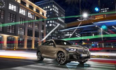 """Η νέα BMW X6 συνδυάζει την ευελιξία και προσαρμοστικότητα ενός SAV με τη γοητεία ενός coupe. Η 3η γενιά X6 υιοθετεί μία καθαρή, αποκλειστική σχεδιαστική φιλοσοφία που αναδεικνύει την επιβλητική και γεμάτη αυτοπεποίθηση παρουσία της. Η προηγμένη τεχνολογία κινητήρα και πλαισίου συνδυάζεται με πλούτο καινοτομιών υπέρ μιας απαράμιλλα σπορ και ταυτόχρονα πολυτελούς οδηγικής εμπειρίας. Όπως η προκάτοχός της, η νέα BMW X6 θα παράγεται στις ΗΠΑ στο εργοστάσιο του BMW Group στο Spartanburg. Το λανσάρισμα στην αγορά θα γίνει το Νοέμβριο του 2019. Έντονες, δυναμικές αναλογίες δηλώνουν σπορ υπεροχή. Η νέα BMW X6 έχει αυξηθεί κατά 26 mm σε μήκος από το προηγούμενο μοντέλο (στα 4.935 mm) και κατά 15 mm σε πλάτος (στα 2.004 mm). Τώρα είναι κατά 6 mm χαμηλότερη (στα 1.696 mm) και συνδυάζει έντονες, δυναμικές αναλογίες με γραμμωμένο αμάξωμα. Το μεταξόνιο του αυτοκινήτου έχει αυξηθεί κατά 42 mm στα 2.975 mm. Η μεγάλη, απέριττη μάσκα νεφρών BMW είναι το πιο εντυπωσιακό στοιχείο στη φυσιογνωμία της, με τα εξωτερικά άκρα της να εφάπτονται τους προβολείς υπό συγκεκριμένη γωνία. Η νέα BMW X6 διατίθεται για πρώτη φορά προαιρετικά με μία φωτιζόμενη μάσκα BMW, που αναδεικνύει το συνολικό στυλ με μία νότα αποκλειστικότητας. Ο φωτισμός ενεργοποιείται με το άνοιγμα ή το κλείσιμο του αυτοκινήτου, αλλά ο οδηγός μπορεί να τον διαχειριστεί και ανεξάρτητα. Η λειτουργία φωτισμού της μάσκας είναι διαθέσιμη και κατά τη διάρκεια του ταξιδιού. Με το προαιρετικό BMW Laserlight με προβολείς Adaptive LED, ένας προβολέας BMW Laserlight με Selective Beam βελτιστοποιεί την αντιθαμβωτική λειτουργία της μεγάλης σκάλας, της οποίας η εμβέλεια αυξάνεται σε περίπου 500 m. Το BMW Laserlight μπορεί να αναγνωρίζεται από τα μπλε στοιχεία σχήματος X στους δίδυμους προβολείς που αποτελούν και στοιχείο ταυτότητας της BMW. Στα πλευρικά τμήματα της νέας X6 διακρίνουμε τις γνώριμες αναλογίες BMW, μία ζωηρή χαρακτηριστική γραμμή και μία δυναμική γραμμή οροφής. Ζάντες αλουμινίου 19"""" προσφέρονται στάνταρ, ενώ άλλες εκδόσεις ζαν"""