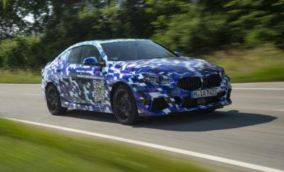 Οι τελευταίες πινελιές μπαίνουν τώρα στην πρώτη BMW Σειρά 2 Gran Coupe κατά τη διάρκεια της τελικής φάσης δοκιμών. Μάλιστα το νέο, τετράθυρο, πολυτελές compact coupe χρησιμοποιεί ένα στοιχείο αυτοπροβολής στις δοκιμαστικές διαδρομές του στην περιοχή του Μονάχου. Εξάπτοντας ακόμα περισσότερο την περιέργεια των περαστικών για το εντυπωσιακό, πολύχρωμο καμουφλάζ των μοντέλων δοκιμών, ο μεγάλος QR κωδικός στις εμπρός πόρτες οδηγεί τα έκπληκτα βλέμματα στον ιστότοπο www.bmw.com/2-series-gran-coupe. Πριν την παγκόσμια πρεμιέρα της Σειράς 2 Gran Coupe στο Σαλόνι Αυτοκινήτου του Los Angeles το Νοέμβριο του 2019, αυτός ο κεντρικός ιστότοπος (homepage) θα προσφέρει στους επισκέπτες συνεχή ενημέρωση με ανακοινώσεις και νέες πληροφορίες για το πρωτοποριακό, πολυτελές αυτοκίνητο. Το λανσάρισμα της BMW Σειράς 2 Gran Coupe στην παγκόσμια αγορά αναμένεται την άνοιξη του 2020. C oupe κομψότητα με 4 πόρτες για την πολυτελή compact κατηγορία. Η BMW φέρνει τη φιλοσοφία του τετράθυρου coupe που ήδη απολαμβάνει τεράστια επιτυχία στις ανώτερες αυτοκινητιστικές κατηγορίες στην πολυτελή compact κατηγορία. Η πρώτη BMW Σειρά 2 Gran Coupe γιορτάζει την άφιξή της με φρέσκα στοιχεία εξατομίκευσης, υψηλή αισθητική και συναισθηματική απήχηση, σε συνδυασμό με μία καινοτόμα φιλοσοφία ελέγχου/λειτουργίας, πρωτοποριακή τεχνολογία συνδεσιμότητας, άριστη καθημερινή χρηστικότητα και δυναμικές επιδόσεις. Η εντυπωσιακή μετεξέλιξη της φόρμας ενός κλασικού sedan υποστηρίζεται από την προηγμένη αρχιτεκτονική εμπρόσθιας κίνησης της BMW και μοιράζεται μία σειρά από προηγμένες τεχνολογίες με την πρόσφατα λανσαρισμένη, νέα BMW Σειρά 1. Όπως το βασικό πολυτελές-compact μοντέλο της οικογένειας, η BMW Σειρά 2 Gran Coupe χρησιμοποιεί επαναστατική τεχνολογία πλαισίου και καινοτόμα συστήματα ελέγχου που ανεβάζουν τον πήχη στη δυναμική συμπεριφορά και την ευελιξία. Καινοτόμο σύστημα ελέγχου πρόσφυσης με τεχνολογία ARB . Ένα όπλο στη φαρέτρα του νέου αυτοκινήτου είναι η τεχνολογία ελέγχου ολίσθησης ARB (near-actuator whe