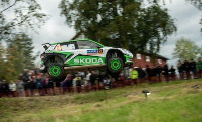 • H νέα SKODA Fabia R5 evo κέρδισε τον τέταρτο αγώνα στη σειρά, αυτή τη φορά το φημισμένο Ράλι Φινλανδίας • Μετά τις νίκες στη Χιλή, την Πορτογαλία και τη Σαρδηνία, μία ακόμα 1η θέση, τέταρτη στη σειρά για τους Kalle Rovanperä / Jonne Halttunen και τη SKODA Motorsport στο θεσμό FIA WRC 2 Pro • Ο νεαρός Φινλανδός οδηγός της SKODA κέρδισε και τις 23 Ειδικές Διαδρομές του αγώνα στην κατηγορία WRC 2 Pro • Kalle Rovanperä και SKODA Motorsport προηγούνται στη βαθμολογία των Οδηγών και Κατασκευαστών αντίστοιχα • Η SKODA κυριάρχησε και στο Ράλι Φινλανδίας με επτά συνολικά SKODA Fabia R5 να τερματίζουν στην πρώτη δεκάδα της κατηγορίας WRC 2, εκ των οποίων τρεις ήταν οι νέες Fabia R5 evo Σύμφωνα με το γνωμικό «η καλή ημέρα από το πρωί φαίνεται» και ο Kalle Rovanperä στον αγώνα της πατρίδας του έδειξε από νωρίς τις προθέσεις του, σημειώνοντας τον καλύτερο χρόνο τόσο στο Shakedown όσο και στην πρώτη Ειδική Διαδρομή του Ράλι Φινλανδίας με την εργοστασιακή SKODA Fabia R5 evo, συμμετοχή της SKODA Motorsport. Ο νεαρός Φινλανδός δεν σήκωσε το πόδι του από το γκάζι τις επόμενες τρείς ημέρες του αγώνα, τερματίζοντας πρώτος και στις 23 ειδικές του αγώνα στην WRC 2 Pro! Κέρδισε πανηγυρικά τον αγώνα και εδραιώθηκε στην πρώτη θέση της κατηγορίας WRC 2 Pro στη βαθμολογία των Οδηγών, με τη SKODA Motorsport στην πρώτη θέση στην αντίστοιχη των Κατασκευαστών, μόλις πέντε αγώνες πριν την ολοκλήρωση του παγκοσμίου Πρωταθλήματος Ράλι! Εκτός της WRC 2 Pro, ο Rovanperä πήγε εξαιρετικά και σε επίπεδο RC2. Στο δεύτερο σκέλος κέρδισε τις εννέα από τις δέκα Ειδικές Διαδρομές, κάτι που επανέλαβε σε επίπεδο επιδόσεων και στο τρίτο σκέλος, μη παραλείποντας να εξάρει τις προσπάθειες των μηχανικών της SKODA Motorsport στο να του ετοιμάσουν και να στήσουν ένα αυτοκίνητο όπως ακριβώς το ήθελε. Στο τελευταίο σκέλος, ο Kalle Rovanperä απλά χρειαζόταν να οδηγήσει συντηρητικά προκειμένου να εξασφαλίσει την νίκη, κάτι που πέτυχε με άνεση, σημειώνοντας παράλληλα τους καλύτερους χρόνους σε επίπεδο WRC 2 pro. Επόμενο