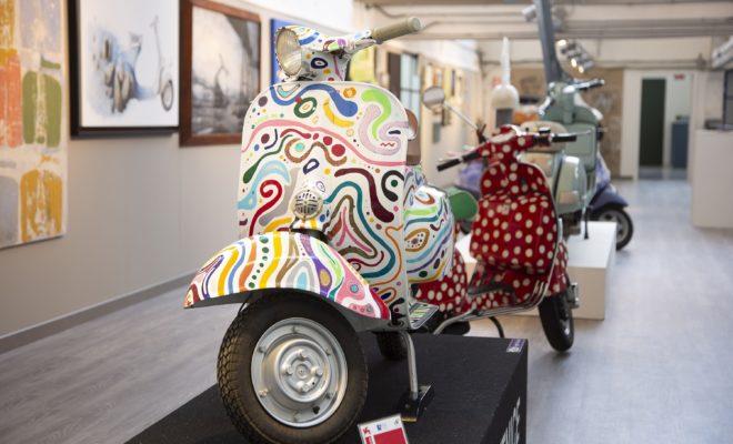 Το Μουσείο Piaggio στην Ποντεντέρα, το μεγαλύτερο μουσείο μοτοσυκλέτας στην Ιταλία κι ένα από τα μεγαλύτερα στην Ευρώπη, μπαίνει στο TripAdvisor® Hall of Fame, κατακτώντας για πέμπτη συνεχόμενη χρονιά το Certificate of Excellence, χάρη στις υψηλές αξιολογήσεις και τις θετικές κριτικές των επισκεπτών. Tο Μουσείο βραβεύεται από το TripAdvisor® κάθε χρόνο από το 2015, χάρη στην ικανότητά του να κερδίζει τις καρδιές των πολυάριθμων επισκεπτών, 700.000 από τότε που άνοιξε το μουσείο, οι οποίοι φτάνουν στην Ποντεντέρα (στην επαρχία της Πίζας) από όλο τον κόσμο. Λαμβάνοντας αυτό το βραβείο για πέμπτη συνεχόμενη χρονιά, το Μουσείο Piaggio κατακτά μια θέση στο TripAdvisor® Hall of Fame. Το TripAdvisor®είναι η μεγαλύτερη ταξιδιωτική πλατφόρμα του κόσμου, παρούσα σε 49 αγορές, με περίπου 490 εκατομμύρια μοναδικούς επισκέπτες το μήνα στο δίκτυο ιστοτόπων της. Οι μεγάλοι εκθεσιακοί χώροι του Μουσείου, που εγκαινιάστηκαν το 2000 και ανακαινίστηκαν σημαντικά το 2018, εκτείνονται σε περίπου 5.000 m2. Πρόκειται για πρώην βιομηχανικές αποθήκες, οι οποίες, κομψά αναστηλωμένες, φιλοξενούν σήμερα περισσότερα από 250 ιστορικά οχήματα. Τα εκθέματα αυτά αντιπροσωπεύουν πάνω από εκατό χρόνια δυνατών συναισθημάτων, ονείρων και σχεδίων, τα οποία συμπορεύτηκαν με την οικονομική και κοινωνική ανάπτυξη της Ιταλίας. Η συλλογή Vespa, μια από τις πιο διάσημες κι αγαπημένες ιταλικές μάρκες, προσελκύει θαυμαστές από ολόκληρο τον κόσμο, ενώ πλαισιώνεται από συλλογές αφιερωμένες στα εμπορικά σήματα Piaggio και Ape, καθώς επίσης και στην ιστορία των μοτοσυκλετών Aprilia, Gilera και Moto Guzzi. Μάρκες που έχουν γράψει σημαντικά κεφάλαια στην ιστορία της μοτοσυκλέτας και κατέχουν συνολικά 104 παγκόσμιους τίτλους σε αγώνες μοτοσυκλέτας διαφόρων κατηγοριών. Από τις ηρωικές μοτοσυκλέτες του 1909 (έτος ίδρυσης της Gilera) και του 1921 (έτος ίδρυσης της Moto Guzzi), μέχρι τις εκπληκτικές Aprilia των Valentino Rossi, Max Biaggi, Loris Capirossi, Manuel Poggiali, όλοι νικητές του Παγκοσμίου Πρωταθλήματος. Δίπλα 