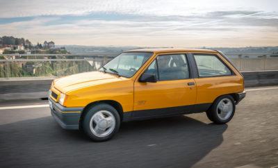 Η Opel γιορτάζει τρεις παγκόσμιες πρεμιέρες στο φετινό Διεθνές Σαλόνι Αυτοκινήτου της Φρανκφούρτης (IAA) (ημέρες για το κοινό 12-22 Σεπτεμβρίου). Το νέο Astra με πολύ αποδοτικούς κινητήρες, το Grandland X Hybrid4 με τετρακίνηση (κατανάλωση καυσίμου WLTP1, σταθμισμένη, στο μικτό κύκλο: 1,6 l/100 km, 37 g/km CO2, NEDC2: 1,6 l/100 km, 36 g/km CO2) και η έκτη γενιά Corsa σε τρεις εκδόσεις. Το μικρό best-seller (με πωλήσεις πάνω από 13,6 εκατομμύρια μονάδες) γίνεται ηλεκτρικό και με το νέο Corsa-e Rally – που επίσης κάνει ντεμπούτο στο IAA – και θέτει τις βάσεις του αγωνιστικού αυτοκινήτου μηδενικών εκπομπών ρύπων. Στο IAA, το νέο Corsa θα πλαισιωθεί από έναν ξεχωριστό προσκεκλημένο – ένα σπάνιο Corsa GT του 1987 σε κίτρινο χρώμα, ζωντανή απόδειξη 32 χρόνων οδηγικής απόλαυσης και επιτυχίας. Το ιστορικό αυτοκίνητο ταξίδεψε από την Πορτογαλία μέχρι το Opel Classic Workshop στο Rüsselsheim. Από εκεί θα οδηγηθεί στο IAA στη Φρανκφούρτη, όπου θα συνεισφέρει με την παρουσία του στην ανάδειξη της ιστορίας του μοντέλου, δίπλα στο νέο Corsa. Αξιοπιστία Opel: 2.700km από το Porto μέχρι το Rüsselsheim μέσω Zaragoza Το τμήμα Opel Classic χρειάστηκε να ψάξει αρκετά μέχρι να εντοπίσει ένα σπάνιο Corsa GT πρώτης γενιάς. Το συγκεκριμένο αντίτυπο, που αρχικά είχε ταξινομηθεί στην Ισπανία, βρέθηκε προστατευμένο σε ένα γκαράζ στην Πορτογαλία. Το ταξίδι προς τη Φρανκφούρτη για το μικρό, ανεπιτήδευτο Gran Turismo ξεκινά από ένα πάρκο αυτοκινήτων στο λιμάνι του Porto. Η Opel προσέφερε το GT από τον Απρίλιο του 1985 μέχρι το φθινόπωρο του 1987. Ήταν ο διάδοχος του Corsa SR, με κινητήρα 1.3L 70hp με σύστημα τροφοδοσίας καυσίμου μέσω καρμπυρατέρ. Η πρόσθετη ισχύς και οι διακριτικές αεροτομές έδωσαν ένα σπορ χαρακτήρα στο Corsa 1ης γενιάς, μέχρι την άφιξη του GSi το 1988. Το πεντατάχυτο μηχανικό κιβώτιο, μπορούσε να τιθασεύσει τη δίψα του για επιδόσεις στα πιο μακρινά ταξίδια. Ακόμα και σήμερα, συμβαδίζοντας με τα τρέχοντα κυκλοφοριακά δεδομένα, το Corsa GT είναι εκπληκτικά αθόρυβο και ευκολοδήγη