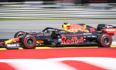 Τρία μονοθέσια με κινητήρα Honda κατατάχθηκαν στην πρώτη δεκάδα του Ουγγρικού GP, όμως ο Max Verstappen δεν κατάφερε στο τέλος να χαρίσει τη νίκη στην Aston Martin Red Bull Racing, τερματίζοντας στη 2η θέση. Έχοντας εκκινήσει από την pole position ο Max τέθηκε επικεφαλής στο πρώτο μέρος του αγώνα και άνοιξε τη διαφορά του ώστε να παραμείνει πρώτος μετά το pit stop παρά τις πιέσεις από πλευράς Lewis Hamilton. Στο δεύτερο μέρος με σκληρά πλέον ελαστικά, ο Hamilton κατάφερε να μειώσει γρήγορα τη διαφορά και πάλι και η Mercedes επέλεξε να τον βάλει στα pit για δεύτερη αλλαγή ελαστικών αφήνοντας τον Max στην πίστα να προσπαθεί να ολοκληρώσει τον αγώνα με σκληρά ελαστικά. Χάρη στην εξαιρετική του προσπάθεια ο Verstappen κατάφερε να μείνει μπροστά μέχρι πέντε γύρους πριν το τέλος που ο Hamilton κατάφερε να τον προσπεράσει. Οι δύο πρώτοι ήταν σε δικό τους αγώνα, κάτι που έδωσε την ευκαιρία στον Max να κάνει μία επιπλέον αλλαγή ελαστικών, να φορέσει μαλακά για να εξασφαλίσει τον επιπλέον βαθμό κάνοντας τον ταχύτερο γύρο του αγώνα και να πάρει 19 βαθμούς συνολικά. Ο Pierre Gasly δεν έκανε καλή εκκίνηση με αποτέλεσμα να χάσει τρεις θέσεις στον πρώτο γύρο, από 6ος στη σειρά της εκκίνησης έπεσε 9ος. Στη συνέχεια έδωσε μάχες και κατάφερε να τερματίσει στην 6η θέση αλλά δεν μπόρεσε να προσπεράσει τον Carlos Sainz στους τελευταίους γύρους. Η Toro Rosso πήρε ακόμη έναν βαθμό με τον Alex Albon να ανεβαίνει από τη 12η θέση στην εκκίνηση στη 10η στον τερματισμό. Αφού καθυστέρησε το πρώτο του pit stop μέχρι τον 28ο γύρο και άλλαξε τα μεσαία ελαστικά με σκληρά, ο Alex έδωσε μία συναρπαστική μάχη με τον Daniil Kvyat που τον έφερε στην τελευταία βαθμολογούμενη θέση. Οι δύο οδηγοί της Toro Rosso ήταν κοντά στο μεγαλύτερο διάστημα του αγώνα αλλά ο Daniil μπήκε νωρίτερα στα pit για σκληρά ελαστικά – στον 21ο γύρο συγκεκριμένα – και η απόδοσή του έπεσε στους τελευταίους γύρους με αποτέλεσμα να τερματίσει στην 15η θέση. Ήταν η πρώτη φορά μετά το 2004 που η Honda τερμάτισε στο βάθρο σε δύο συνεχ