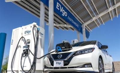 """Η Nissan και η EVgo επεκτείνουν το δίκτυο φόρτισης για EVs, με την εγκατάσταση 200 ταχυφορτιστών συνεχούς ρεύματος (DCFC), στις Ηνωμένες Πολιτείες. Κάθε ένας από τους ταχυφορτιστές είναι σε θέση να προσφέρει 100kW και διαθέτει τόσο CHAdeMO όσο CCS σύνδεση, ώστε να μπορούν να φορτίσουν τα περισσότερα EVs. """"Η Nissan είναι περήφανη που συνεργάζεται με την EVgo για να κατασκευάσει το μεγαλύτερο δημόσιο δίκτυο ταχείας φόρτισης EV στις ΗΠΑ"""", δήλωσε ο Aditya Jairaj, διευθυντής πωλήσεων και μάρκετινγκ των EVs, της Nissan North America Inc. """"Με δεδομένη την τεράστια ανταπόκριση του αμιγώς ηλεκτροκίνητου LEAF με την αυξημένη εμβέλεια, η Nissan και η EVgo θα επιταχύνουν τις δομές ταχείας φόρτισης, δεσμευόμενες από ένα πολυετές πρόγραμμα υποδομών με φορτιστές, το οποίο θα συνεχίσει να διευρύνει τις επιλογές ταχείας φόρτισης για τους οδηγούς των EVs, σε ολόκληρη τη χώρα."""" Η κοινή επένδυση της Nissan και της EVgo, βασίζεται σε ένα εξαετές πλάνο συνεργασίας μεταξύ των δύο κορυφαίων παικτών για την ηλεκτροκίνηση στις Η.Π.Α. Από το 2010, η Nissan έχει εγκαταστήσει περισσότερους από 2.000 ταχυφορτιστές, σε ολόκληρη τη χώρα. Περισσότεροι από 100 εκατομμύρια Αμερικανοί ζουν σήμερα σε απόσταση 15 λεπτών από ένα ταχυφορτιστή της EVgo, συμπεριλαμβανομένων εκείνων που κατασκευάστηκαν σε συνεργασία με τη Nissan κατά μήκος του δρόμου I-95 στην Ανατολική Ακτή, αλλά και του δρόμου DRIVEtheARC στην Καλιφόρνια, που εκτείνεται από το Monterey έως την Λίμνη Tahoe. """"Η EVG είναι ενθουσιασμένη που επεκτείνει την εξαετή συνεργασία της με τη Nissan για να παρέχει γρήγορη και αξιόπιστη φόρτιση στους οδηγούς των EVs, συμπεριλαμβανομένων των οδηγών Nissan LEAF, στο μεγαλύτερο και πιο αξιόπιστο δημόσιο δίκτυο της χώρας"""", δήλωσε η Cathy Zoi, διευθύνουσα σύμβουλος της EVG. """"Αυτή η νέα φάση της εταιρικής σχέσης μας, σημαίνει ότι η EVgo και η Nissan θα συνεχίσουν να ηγούνται στην προσπάθεια να επωφεληθούν ολοένα και περισσότεροι Αμερικανοί οδηγοί, από την χρήση των ηλεκτροκίνητων οχημάτων."""" Η Nissan και η EVgo"""