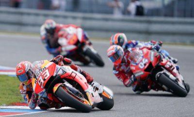 Ο Marc Marquez κατέκτησε την 50ή νίκη της καριέρας του στη μεγάλη κατηγορία των MotoGP μετά από ένα χαοτικό ξεκίνημα στο GP Τσεχίας και μπήκε επάξια στην ελίτ αναβατών της ιστορίας. Για άλλον ένα αγώνα ο Stefan Bradl τερμάτισε στους βαθμούς. Οι αντίξοες καιρικές συνθήκες του Σαββάτου έδωσαν τη θέση τους σε αίθριο καιρό το πρωί της Κυριακής. Όμως μία σύντομη βροχόπτωση μόλις μισή ώρα πριν την εκκίνηση του αγώνα MotoGP είχε σαν αποτέλεσμα υγρά σημεία στην πίστα και υποχρέωσε τους οργανωτές να αναβάλλουν την εκκίνηση περιορίζοντας τη διάρκεια του αγώνα σε 20 γύρους. Ξεκινώντας από την pole position – την οποία είχε εξασφαλίσει με συναρπαστικό τρόπο το Σάββατο με διαφορά 2,524 δλ. από τον δεύτερο – ο επικεφαλής της βαθμολογίας του MotoGP Marc Marquez έφυγε μπροστά αμέσως μετά την εκκίνηση. Με τους Dovizioso, Rins και Miller να ακολουθούν, ο Marquez σταθεροποίησε το ρυθμό του και σταδιακά αύξησε τη διαφορά του στο μισό δευτερόλεπτο από τους αντιπάλους του μέχρι το 10ο γύρο. Παρότι είχε ένα γλίστρημα του μπροστινού στη στροφή 10, ο Marquez συνέχισε να αυξάνει τη διαφορά του σε κάθε γύρο. Τελικά, ο Marc πέρασε πρώτος από τη γραμμή του τερματισμού με διαφορά πάνω από 2 δευτερόλεπτα για να κατακτήσει τη νίκη στο Brno, την έκτη του μέσα στο 2019 και να γίνει ο τέταρτος αναβάτης στην ιστορία των GP με 50 νίκες στην κορυφαία κατηγορία. Με 76 πλέον νίκες συνολικά σε όλες τις κατηγορίες, ο Ισπανός ισοφάρισε το ρεκόρ του Mike Hailwood. Ως ο τέταρτος αναβάτης με τις περισσότερες νίκες στην ιστορία, ο Marquez πηγαίνει τώρα στην Αυστρία για τον 11ο γύρο του MotoGP με 210 βαθμούς στην κατάταξη του Πρωταθλήματος – 63 περισσότερους από τον 2ο Dovizioso. Ο Stefan Bradl είχε μια δύσκολη εκκίνηση στον τρίτο του αγώνα φέτος αλλά ανέβηκε στη βαθμολογούμενη 15άδα στο μέσον του αγώνα. Στους τελευταίους γύρους ο Bradl ήταν 14ος αλλά τερμάτισε τελικά στην 15η θέση. Ο Γερμανός θα οδηγήσει για τη Repsol Honda και στο Αυστριακό GP ενώ η επιστροφή του Jorge Lorenzo αναμένεται να γίνει στο Silverston