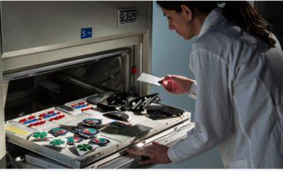 Αποτελεί ένα από τα βασικότερα υλικά στην κατασκευή ενός αυτοκινήτου. Το πλαστικό προσφέρει πολλά και σημαντικά πλεονεκτήματα, αλfiatλά επί σειρά ετών η χρήση του δημιούργησε ένα πολύ υψηλό περιβαλλοντικό αποτύπωμα. Στα Global Materials Labs της FCA οι ερευνητές αλλάζουν το πρόσωπο αυτού του υλικού περνώντας σε μία νέα γενιά συνθετικών υλικών. Το πλαστικό σε διάφορες μορφές αποτελεί βασικό υλικό της καθημερινότητας των ανθρώπων. Παρά το πλήθος των πλεονεκτημάτων που προσφέρει η χρήση του, η παραγωγή, η ανακύκλωση και συνολικά η διαχείριση του μετά το τέλος χρήσης ενός προϊόντος αποτελεί μια ιδιαίτερη περιβαλλοντική πρόκληση. Το πλαστικό σε διάφορες μορφές αποτελεί βασικό συστατικό και για τη δημιουργία ενός αυτοκινήτου, με τη συμμετοχή του να είναι συνεχώς αυξανόμενη λόγω των πολλαπλών πλεονεκτημάτων που προσφέρει. Χαμηλό βάρος, μεγάλη ευελιξία στην παραγωγή πολύπλοκων σχημάτων, δυνατότητα μίξης με άλλα υλικά, το πλαστικό αποτελεί ιδανικό σύμμαχο για τους μηχανικούς και τους σχεδιαστές. Τα Global Materials Labs (GML) της Fiat Chrysler Automobiles αποτελούν ένα παγκόσμιο οργανισμό με αποκλειστική αποστολή τη δημιουργία και εξέλιξη νέων υλικών για τα οχήματα της FCA. Με συνολικά 16 εργαστήρια σε όλο τον κόσμο και περισσότερους από 350 ερευνητές, σημαντικό μέρος της προσπάθειας αφιερώνεται στη δημιουργία μίας νέας γενιάς πλαστικών που θα διατηρούν τα «παραδοσιακά» πλεονεκτήματα του υλικού, ενώ παράλληλα θα είναι εξαιρετικά φιλικά προς το περιβάλλον. Σε αυτό το επίπεδο τα GML έχουν αναπτύξει μια σειρά τεχνολογιών που δίνουν φιλικές προς το περιβάλλον λύσεις για την παραγωγή, τη χρήση και τελικά την ανακύκλωση των πλαστικών που χρησιμοποιούνται στα μοντέλα του ομίλου. Σε επίπεδο παραγωγής ήδη μέρος των πλαστικών που χρησιμοποιούνται στα αυτοκίνητα κατασκευάζονται από φυτικές που προέρχονται από καλλιέργειες ή ακόμα και από τα μη βρώσιμα υπολείμματα που προκύπτουν από την επεξεργασία τροφών (π.χ. το κέλυφος από τα αμύγδαλα). Με αυτό τον τρόπο η παραγωγή υλικών όχι μόνο δε