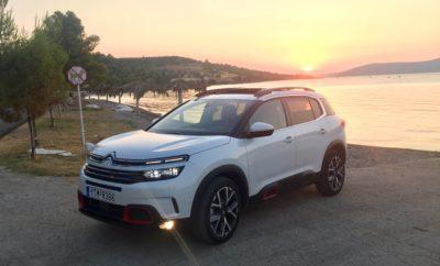 Έξι μήνες μετά από το επίσημο λανσάρισμα του μοντέλου, το νέο Citroën C5 Aircross SUV έχει ήδη πάνω από 50.000 πωλήσεις! Επίδοση ρεκόρ για τη μάρκα, καθώς σε τόσο σύντομο χρονικό διάστημα έχει καταφέρει να είναι το τρίτο πιο εμπορικό μοντέλο της γκάμας επιβατικών αυτοκινήτων της Citroën. Το αποτέλεσμα: Τα SUV αντιπροσωπεύουν σχεδόν το 25% των πωλήσεων της Citroën παγκοσμίως ύστερα από το πέρας του 1ου εξαμήνου του έτους (C3 Aircross SUV + C5 Aircross SUV). Στην Ευρώπη, το νέο Citroën C5 Aircross SUV διαδραμάτισε σημαντικό ρόλο στην δυναμική εμπορική πορεία της Citroën, η οποία κατέγραψε τη μεγαλύτερη αύξηση ανάμεσα στις Top 12 μάρκες αυτοκινήτων κατά το 1ο εξάμηνο του έτους. Από την έναρξη διάθεσής του τον Ιανουάριο, το νέο Citroën C5 Aircross SUV έχει ήδη ξεπεράσει τις 50.000 πωλήσεις! Αυτός ο όγκος πωλήσεων το καθιστά τρίτο τη τάξη σε πωλήσεις μοντέλο της μάρκας κατά το πρώτο εξάμηνο του έτους (μετά τα C3 και C3 Aircross SUV). Κατά το πρώτο εξάμηνο του 2019, τα SUV της Citroën (C3 Aircross SUV + C5 Aircross SUV) αντιπροσωπεύουν σχεδόν το ¼ των πωλήσεων της μάρκας παγκοσμίως. Αυτή η εμπορική επιτυχία έχει διαδραματίσει σημαντικό ρόλο στην πορεία της Citroën, καταγράφοντας τη μεγαλύτερη αύξηση ανάμεσα στις 12 κορυφαίες Μάρκες αυτοκινήτων στην Ευρώπη (30 χώρες) από την αρχή του έτους. Το νέο Citroën C5 Aircross SUV επιβεβαιώνει την δυναμική του, βασιζόμενο στην μοναδική άνεση που προσφέρει, το προσαρμόσιμο εσωτερικό, την έντονη SUV σχεδίαση, με κορυφαία απόσταση από το έδαφος, καθώς και τα 20 συστήματα υποβοήθησης οδηγού. Η Citroën βασιζόμενη στις έρευνες που έχουν γίνει σε πελάτες της κατηγορίας C-SUV, δημιούργησε το νέο SUV C5 Aircross δίνοντας τις απαραίτητες λύσεις στις βασικές ανάγκες των κατόχων αυτής της ιδιαίτερα αναπτυσσόμενης κατηγορίας. Το νέο SUV C5 Aircross έχει τη μοναδική συνταγή επιτυχίας, καθώς απαντά στους λόγους που οι κάτοχοι αυτοκινήτων της κατηγορίας θεωρούν ως αδύνατα σημεία όπως η άνεση, η ευρυχωρία και η προσαρμοστικότητα. Όντας πρέσβης του π