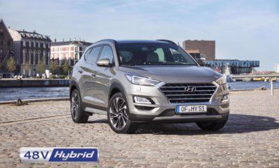 • Το νέο Hyundai Tucson 48V Hybrid εφοδιάζεται με τη νέα τεχνολογική γενιά κινητήρων Diesel SmartStreamTM, που συνδυάζει μειωμένη κατανάλωση, αξιοπιστία και δυναμικότερες επιδόσεις • Ο Diesel SmartStreamTM κινητήρας 1,6lt με 115hp / 136 hp συνδυάζεται με μηχανικό 6-ταχυτο ή αυτόματο 7-DCT κιβώτιο είτε με κίνηση 2WD είτε με την προηγμένη τετρακίνηση (H-TRAC) • Αποδίδει κορυφαία οικονομία καυσίμου με 4,8 λίτρα Diesel / 100km • Σύντομα θα ανακοινωθεί και η κορυφαία έκδοση 2,0lt 48V Hybrid με επιδόσεις 185 hp με 8τάχυτο αυτόματο κιβώτιο και 4WD • Το νέο Hyundai Tucson 48V Hybrid 1,6lt διατίθεται με τιμή εκκίνησης 24.990 € H Hyundai Motor συνδυάζει στο Νέο Tucson την υψηλή απόδοση κατανάλωσης καυσίμου της 48 Volt Ηybrid τεχνολογίας με τον SmartStreamTM πετρελαιοκινητήρα CRDi ισχύος 1,6lt με απόδοση 115 και 136 PS καθώς διαθέτει και τον 2.0lt CRDi 48-Volt Diesel κινητήρα. Η νέα τεχνολογία περιλαμβάνει μια μπαταρία ιόντων λιθίου 48 Volt, μία υβριδική μίζα/γεννήτρια και έναν μετατροπέα LDC (χαμηλής τάσης DC / DC). Εκτός από το 48 Volt ηλεκτρικό σύστημα, το όχημα είναι εξοπλισμένο και με το συμβατικό 12V ηλεκτρικό σύστημα, το οποίο είναι συνδεδεμένο μέσω του μετατροπέα DC / DC στο 48V σύστημα. Έτσι, τα μέρη της ενέργειας που αποθηκεύονται στο 48V σύστημα μπαταρίας μπορούν επίσης να χρησιμοποιηθούν για τη σταθεροποίηση της 12V τροφοδοσίας ισχύος του οχήματος. Η μπαταρία ιόντων-λιθίου 48V, 0.44 kWh, η οποία τροφοδοτεί το Hybrid σύστημα με ηλεκτρική ενέργεια, βρίσκεται κάτω από το χώρο αποσκευών, ενώ η υβριδική μίζα/γεννήτρια είναι τοποθετημένη στον κινητήρα. Ένας ιμάντας συνδέει την υβριδική μίζα/γεννήτρια με τον στροφαλοφόρο άξονα του κινητήρα εσωτερικής καύσης. H υβριδική μίζα/γεννήτρια δημιουργεί κινητική ενέργεια μέσω ανάκτησης (ενέργειας) έως 12 kW και ροπή 55Nm στον άξονα της υβριδικής μίζας/γεννήτριας. Η υβριδική τεχνολογία της Hyundai που χρησιμοποιείται στο νέο Tucson, βελτιώνει σημαντικά την οικονομία καυσίμου και τις εκπομπές CO2 μέχρι και 11% (*) ανάλογα με τις προ