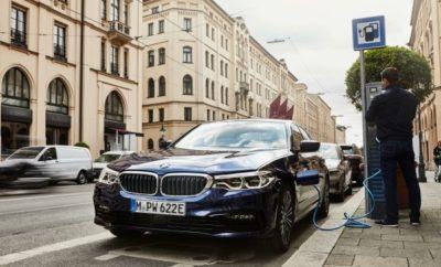Η κατασκευάστρια εταιρία πολυτελών οχημάτων BMW αυξάνει την απόδοση, απήχηση και ποικιλία των ηλεκτροκίνητων μοντέλων της στην ανώτερη μεσαία κατηγορία. Η τελευταία τεχνολογία κυψελών καυσίμου συμβάλλει στην αύξηση της ηλεκτρικής αυτονομίας της plug-in υβριδικής έκδοσης BMW 530e Sedan μεταξύ 61 και 66 km*. Επιπλέον, η τελευταία γενιά της τεχνολογίας BMW eDrive έχει μειώσει την κατανάλωση καυσίμου και εκπομπών CO2 στο μικτό κύκλο πάνω από 20%, από 1.8 – 1.6 l/100 km* καθώς και κατά 41 - 36 g/km*. Η συνδυασμένη κατανάλωση ηλεκτρικής ενέργειας της BMW 530e Sedan είναι τώρα 14,5 – 13,6 kWh/100 km*. Παράλληλα με το λανσάρισμα της BMW 530e Sedan, διατίθεται επίσης άμεσα η BMW 530e xDrive Sedan (κατανάλωση καυσίμου στο μικτό κύκλο: 2.2 – 2.0 l/100 km, συνδυασμένη κατανάλωση ηλεκτρικής ενέργειας: 15,4 – 15,0 kWh/100 km, εκπομπές CO2 στο μικτό κύκλο: 49 – 46 g/km), που συνδυάζει το προηγμένο, plug-in υβριδικό σύστημα με ευφυή τετρακίνηση. Και οι δύο plug-in υβριδικές εκδόσεις της BMW Σειράς 5 Sedan επωφελούνται από τις τελευταίες εξελίξεις στον τομέα της μπαταρίας κυψελών καυσίμου για ηλεκτροκίνητα μοντέλα του BMW Group. Η νέα μπαταρία ιόντων λιθίου υψηλής τάσης των BMW 530e Sedan και BMW 530e xDrive Sedan έχει συνολικό ενεργειακό περιεχόμενο αυξημένο από 9,2 σε 12,0 kWh χωρίς καμία αύξηση των διαστάσεων. Χάρη στην αυξημένη χωρητικότητα, το μεγαλύτερο μέρος της καθημερινής οδήγησης μπορεί να διεξάγεται με ηλεκτροκίνηση, μειώνοντας τις εκπομπές ρύπων στο μηδέν. Η μπαταρία είναι τοποθετημένη χωρίς να καταλαμβάνει πολύ χώρο κάτω από το πίσω κάθισμα, επηρεάζοντας ελάχιστα τη χωρητικότητα του χώρου αποσκευών, σε σύγκριση με τις συμβατικές εκδόσεις της BMW Σειράς 5 Sedan. Η αποθηκευτική ικανότητα των BMW 530e Sedan και BMW 530e xDrive Sedan είναι 410 λίτρα. Η νέα μπαταρία υψηλής τάσης φορτίζεται σε συμβατικές οικιακές πρίζες με χρήση του καλωδίου φόρτισης που περιλαμβάνεται στον στάνταρ εξοπλισμό. Η μπαταρία θα μπορεί να φορτίζεται σε λιγότερο από έξι ώρες με αυτό τον τρόπο. Σε έν