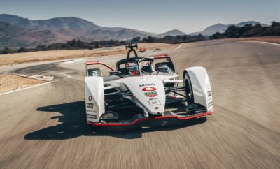 Ο Όμιλος Vodafone θα είναι ο επίσημος συνεργάτης επικοινωνίας της Porsche Motorsport, όταν ο κατασκευαστής αυτοκινήτων εισέλθει στο Πρωτάθλημα Formula E της ABB FIA για το 2019/2020. Η Formula E είναι η πρώτη διεθνής σειρά αγώνων αποκλειστικά με ηλεκτρικά μονοθέσια αγωνιστικά αυτοκίνητα που κινούνται με ταχύτητες άνω των 200 χιλιομέτρων την ώρα - με μηδενικές εκπομπές ρύπων - σε οδικές αρτηρίες 12 μεγάλων πόλεων σε τέσσερις ηπείρους. Το εμπορικό σήμα της Vodafone θα είναι ορατό στα πρώτα αμιγώς ηλεκτρικά αγωνιστικά αυτοκίνητα στην ιστορία της Porsche, καθώς και στις στολές των οδηγών, όταν η ομάδα ξεκινήσει τις αγωνιστικές της υποχρεώσεις τον Νοέμβριο του 2019. Η νέα πενταετής χορηγία της Vodafone στο πρόγραμμα Porsche Formula E Works περιλαμβάνει την παροχή εξοπλισμού επικοινωνιών και τεχνικής υποστήριξης. Ο Ahmed Essam, εμπορικός διευθυντής του Ομίλου Vodafone, δήλωσε σχετικά: «Υπάρχει μια φυσική σύγκλιση των στόχων της Vodafone με τη Formula E, μιας μηχανοκίνητης αθλητικής διοργάνωσης επόμενης γενιάς που βασίζεται στην τεχνολογία, η οποία απευθύνεται σε ένα ευρύ και συνεχώς αυξανόμενο κοινό και τοποθετεί στον πυρήνα της την προστασία του πλανήτη. Έχουμε μια πολύ θετική σχέση συνεργασίας με την Porsche και θα επιδιώξουμε μαζί την υπέρβαση των ορίων στην τεχνολογία των οχημάτων». Ο Fritz Enzinger, αντιπρόεδρος της Porsche Motorsport, δήλωσε σχετικά: «Η Vodafone διαθέτει μακρά εμπειρία ως συνεργάτης της Porsche Motorsport και μας βοηθά να αναπτύσσουμε την τεχνολογία τόσο αγωνιστικών όσο και συμβατικών οχημάτων. Γνωρίζουμε ότι η Vodafone πιστεύει σθεναρά στην καινοτόμο αποστολή της Formula E και είμαστε ενθουσιασμένοι που την έχουμε δίπλα μας, καθώς η Porsche Motorsport εισέρχεται στη νέα αυτή κατηγορία αγώνων». Εκτός από τη συνεργασία στο πλαίσιο της Formula E, αναμένεται περαιτέρω συνεργασία μεταξύ της Porsche Motorsport και της Vodafone στα eSports στο εγγύς μέλλον. Formula E: ανάπτυξη νέων τεχνολογιών για την προώθηση της ηλεκτροκίνησης Η Formula E δημιουργήθηκε 