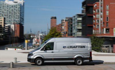 • Ξεκίνησε η παραγωγή του Volkswagen e-Crafter για την ελληνική αγορά, με τις τιμές να ανακοινώνονται στις αρχές του Φθινοπώρου • Το νέο e-Crafter με μέγιστη ισχύ 136 ίππους (100 kW) διευρύνει τη γκάμα του δημοφιλούς Crafter ως το πρώτο μεγάλο βαν της μάρκας με μηδενική εκπομπή ρύπων • Ταυτόχρονα, το e-Crafter σηματοδοτεί τον εμπλουτισμό των επαγγελματικών οχημάτων της Volkswagen με εξηλεκτρισμένα ή πλήρως ηλεκτρικά μοντέλα • Κίνηση χωρίς περιορισμούς σε αστικά κέντρα, με μεγάλο ωφέλιμο φορτίο και αυτονομία Το νέο Volkswagen e-Crafter έρχεται να ανατρέψει τα δεδομένα στην αγορά των επαγγελματικών οχημάτων. Πρόκειται για ένα ηλεκτροκίνητο επαγγελματικό όχημα μεγάλου ωφέλιμου βάρους που δεν εκλύει ρύπους στο περιβάλλον. Ως αποτέλεσμα, έχει ελεύθερη πρόσβαση στις πιο αυστηρές ζώνες κυκλοφορίας που ισχύουν στα κέντρα των σύγχρονων ευρωπαϊκών πόλεων, με αυτονομία ηλεκτροκίνησης έως και 173 χιλιόμετρα (σε κύκλο NEDC). Προκειμένου να εξελίξει το e-Crafter, η Volkswagen Επαγγελματικά Οχήματα αξιολόγησε 210.000 οδηγικά προφίλ από περισσότερους από 1.500 πελάτες της. Αυτή η μελέτη έδειξε ότι η πλειοψηφία των οδηγών διανύουν καθημερινά με το βαν τους 70-100 χιλιόμετρα. Αυτό το στοιχείο ελήφθη σοβαρά υπ' όψιν, ώστε το νέο e-Crafter να καλύπτει τις καθημερινές ανάγκες προσφέροντας κορυφαία πρακτικότητα. Το e-Crafter εξελίχθηκε παράλληλα με τις συμβατικές εκδόσεις με πετρελαιοκινητήρες Euro-6 (TDI) που έχουν βελτιστοποιηθεί ως προς την εκπομπή ρύπων. Αυτό εξασφάλισε ότι το e-Crafter είχε σχεδιαστεί εξ αρχής ώστε να έχει βέλτιστα τοποθετημένο ηλεκτρικό σύστημα κίνησης. Χαρακτηριστικό παράδειγμα η εξοικονόμηση χώρου με την τοποθέτηση της μπαταρίας ιόντων λιθίου στο κάτω μέρος του οχήματος. Με αυτό τον τρόπο επιτυγχάνεται η πλήρης αξιοποίηση της χωρητικότητας φορτίου των 10,7 τ.μ. και του ύψους των 2.590 χιλιοστών. Το ίδιο ισχύει και για άλλες σημαντικές διαστάσεις, όπως το πλάτος (1.380 χλστ.) και το ύψος του διαμερίσματος φόρτωσης (1.861 χλστ.). Το μέγιστο ωφέλιμο φορτίο φτάνει τα
