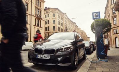 Οι πρόσφατες τεχνολογικές εξελίξεις στις κυψέλες μπαταριών για τα plug-in υβριδικά μοντέλα BMW ανοίγουν νέες προοπτικές για οδηγική απόλαυση με μηδενικούς ρύπους – εντός και εκτός πόλης. Η νέα γενιά μπαταριών της BMW 225xe Active Tourer αυξάνει την ηλεκτρική αυτονομία του πολυμορφικού μοντέλου πόλης πάνω από 25% σε 55 - 57 km*. Η απόδοση του plug-in υβριδικού συστήματος κίνησης έχει επίσης βελτιστοποιηθεί. Η νέα BMW 225xe Active Tourer, με συνεχή μετάδοση ισχύος του κινητήρα καύσης και του ηλεκτροκινητήρα και στους τέσσερις τροχούς ανάλογα με τις ανάγκες, μέσω ειδικού συστήματος τετρακίνησης, έχει μέση κατανάλωση καυσίμου από 2,1 μέχρι 1,9 λίτρα ανά 100 χλμ.* – μείωση πάνω από 15%. Αυτό μειώνει τις εκπομπές CO2 στα 47 - 42 γραμμάρια το χιλιόμετρο*, με τιμές κατανάλωσης ενέργειας στο μικτό κύκλο μεταξύ 14,2 και 13,5 kWh / 100 km*. Η σημαντική αύξηση της ηλεκτρικής αυτονομίας οφείλεται στη μεγαλύτερη χωρητικότητα της μπαταρίας ιόντων λιθίου που χρησιμοποιείται στη νέα BMW 225xe Active Tourer. Διατηρώντας τις ίδιες διαστάσεις με πριν, η τελευταία γενιά της μπαταρίας υψηλής τάσης έχει συνολικό ενεργειακό περιεχόμενο αυξημένο από 7,7 σε 10,0 kWh. Φορτίζεται σε συμβατικές οικιακές πρίζες μέσω του καλωδίου φόρτισης που περιλαμβάνεται στον στάνταρ εξοπλισμό. Με αυτή τη μέθοδο, η διαδικασία φόρτισης διαρκεί περίπου πέντε ώρες. Σε έναν επιτοίχιο πίνακα BMW i Wallbox η αντίστοιχη διαδικασία φόρτισης ολοκληρώνεται σε λιγότερο από 3:15 ώρες. Η πρίζα φόρτισης βρίσκεται κάτω από ένα ανεξάρτητο κάλυμμα στο εμπρός αριστερό τοίχωμα του αυτοκινήτου. Έχοντας μικρές απαιτήσεις χώρου, η μπαταρία υψηλής τάσης τοποθετείται κάτω από το πίσω κάθισμα, που σημαίνει ότι η μεταβλητότητα και οι μεταφορικές ικανότητες της BMW Σειράς 2 Active Tourer ελάχιστα περιορίζονται συγκριτικά με τις συμβατικές εκδόσεις. Η ωφέλιμη χωρητικότητα του χώρου αποσκευών της νέας BMW 225xe Active Tourer δεν θίγεται από το υβριδικό σύστημα κίνησης και ανέρχεται στα 400 λίτρα. Έχοντας στάνταρ διαιρούμενη διάταξη 40 : 2